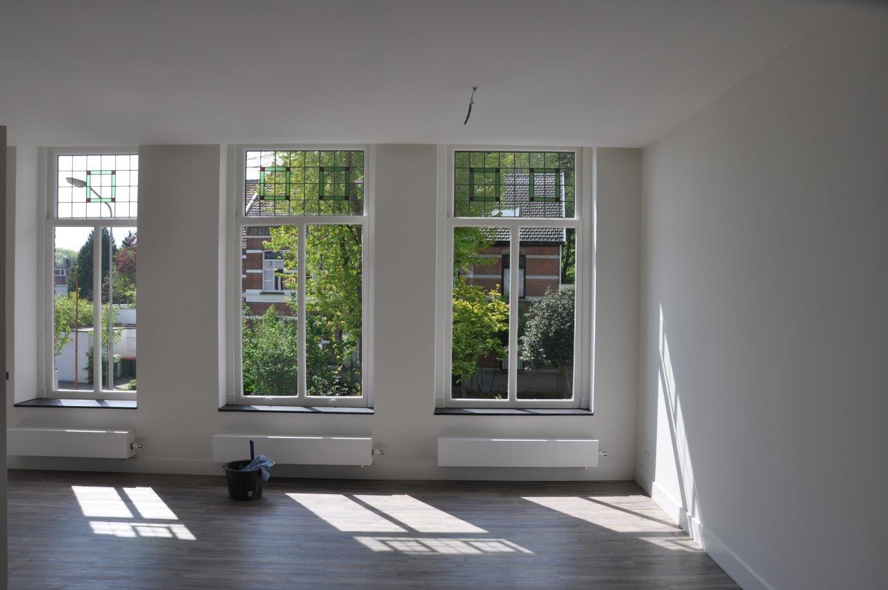 <p>Zicht op woonkamer van het bovenliggende appartement</p>