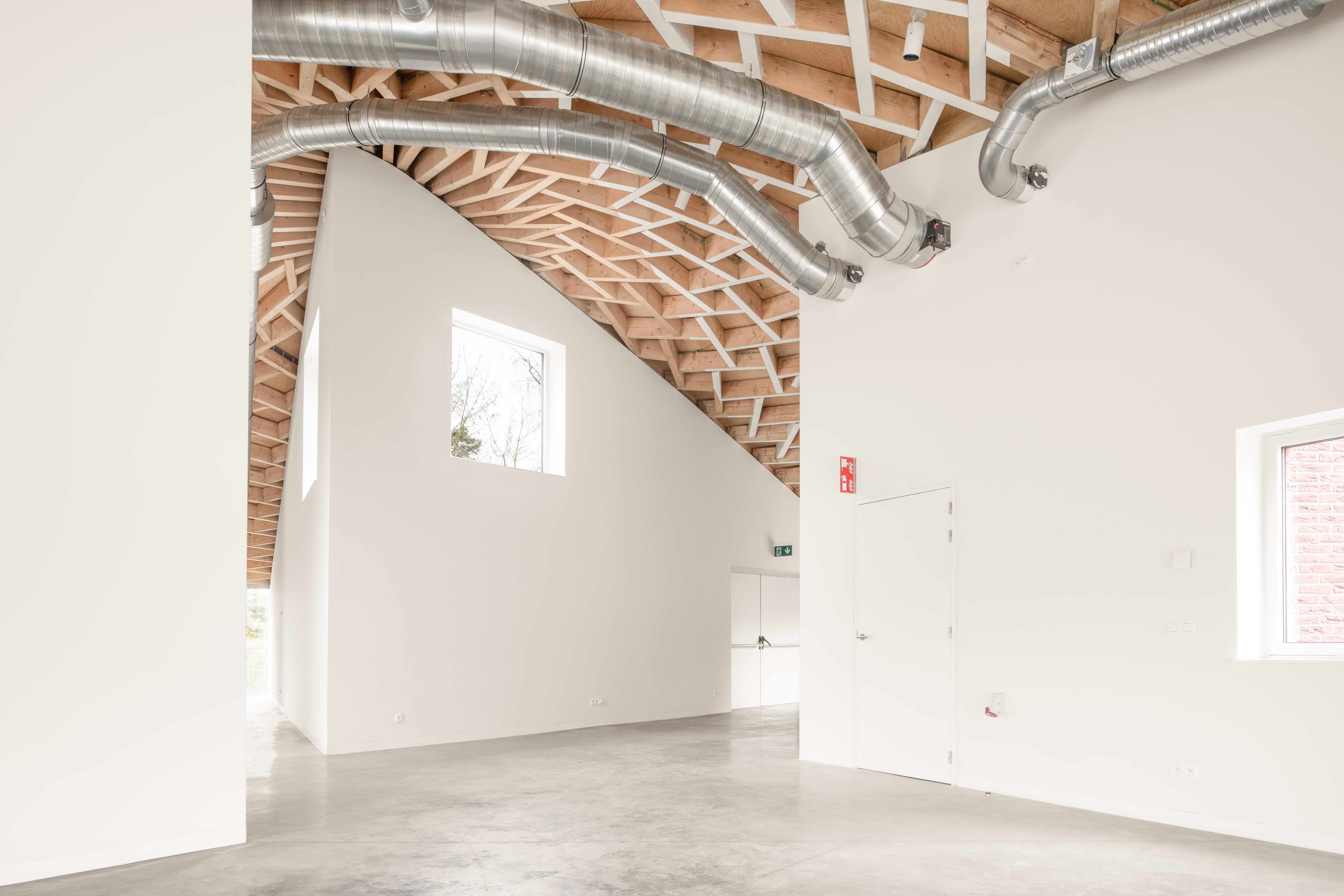 <p>In de ruimtes zijn de installaties zichtbaar gehouden. Beeld: Jeroen Verrecht</p>