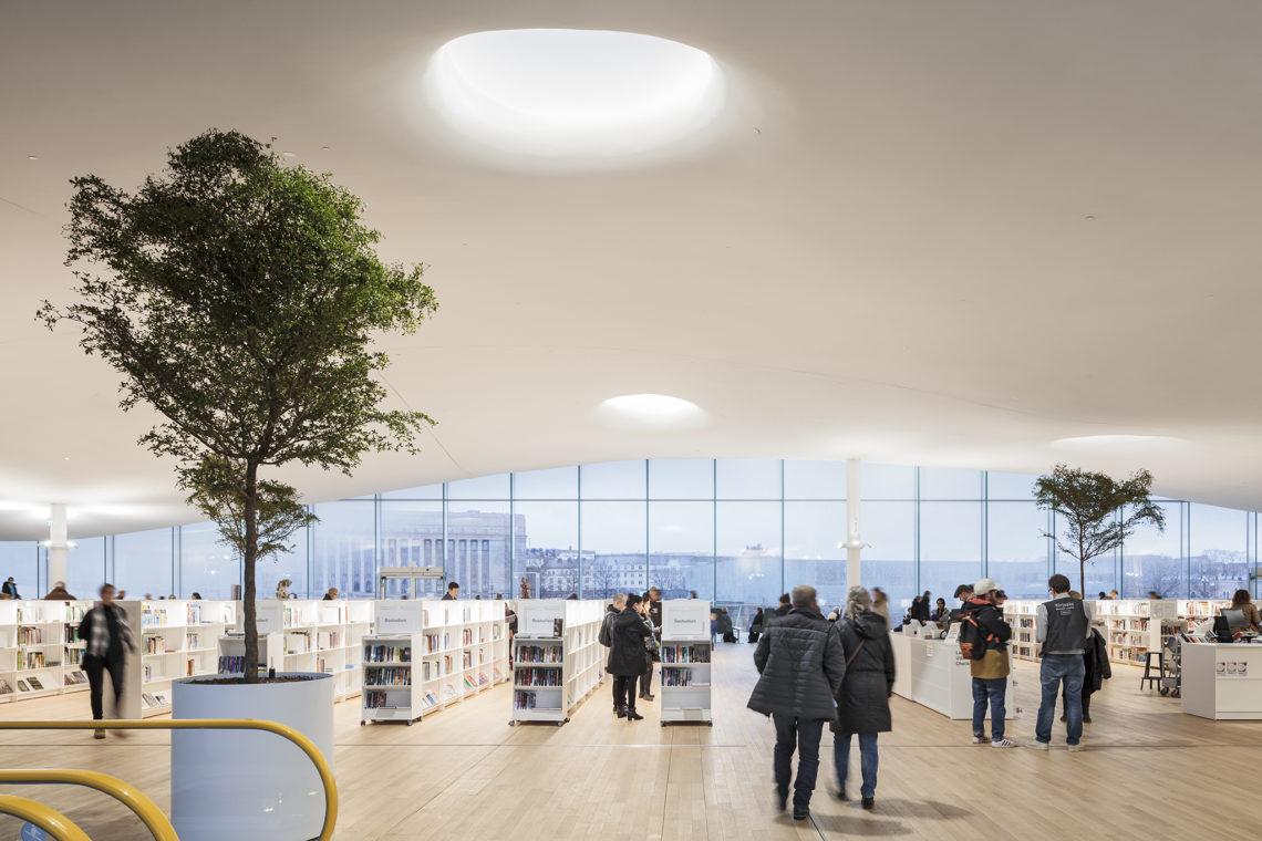 <p>Bovenste bibliotheek verdieping. Central Library Oodi. Helsinki door ALA Architects. Beeld Tuomas Uusheimo</p>