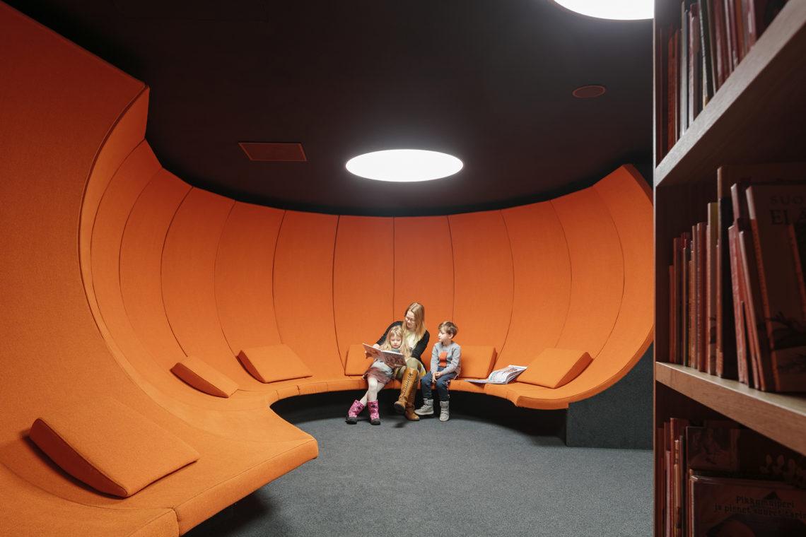 <p>Bovenste verdieping. Leesruimte voor kinderen. Central Library Oodi. Helsinki door ALA Architects. Beeld Tuomas Uusheimo</p>