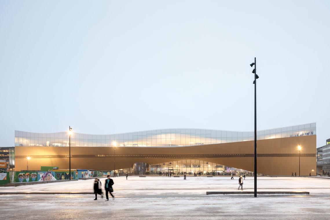 <p>Westgevel. Central Library Oodi. Helsinki door ALA Architects. Beeld Tuomas Uusheimo</p>