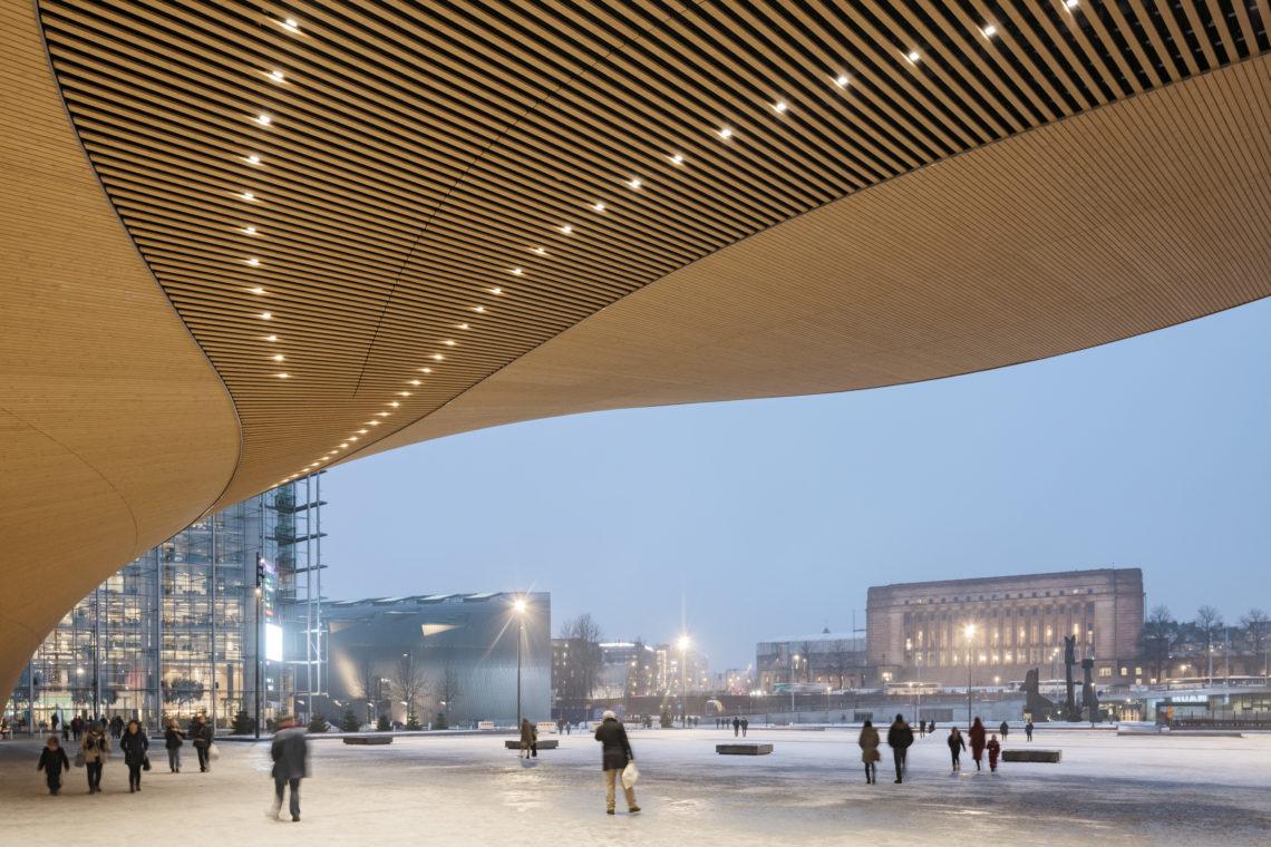 <p>Onder de gevel. Central Library Oodi. Helsinki door ALA Architects. Beeld Tuomas Uusheimo</p>