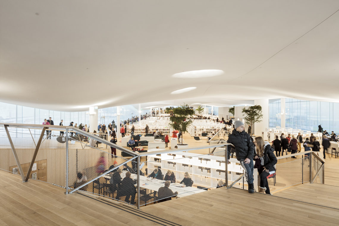 <p>Bovenste/bibliotheek verdieping. Central Library Oodi. Helsinki door ALA Architects. Beeld Tuomas Uusheimo</p>