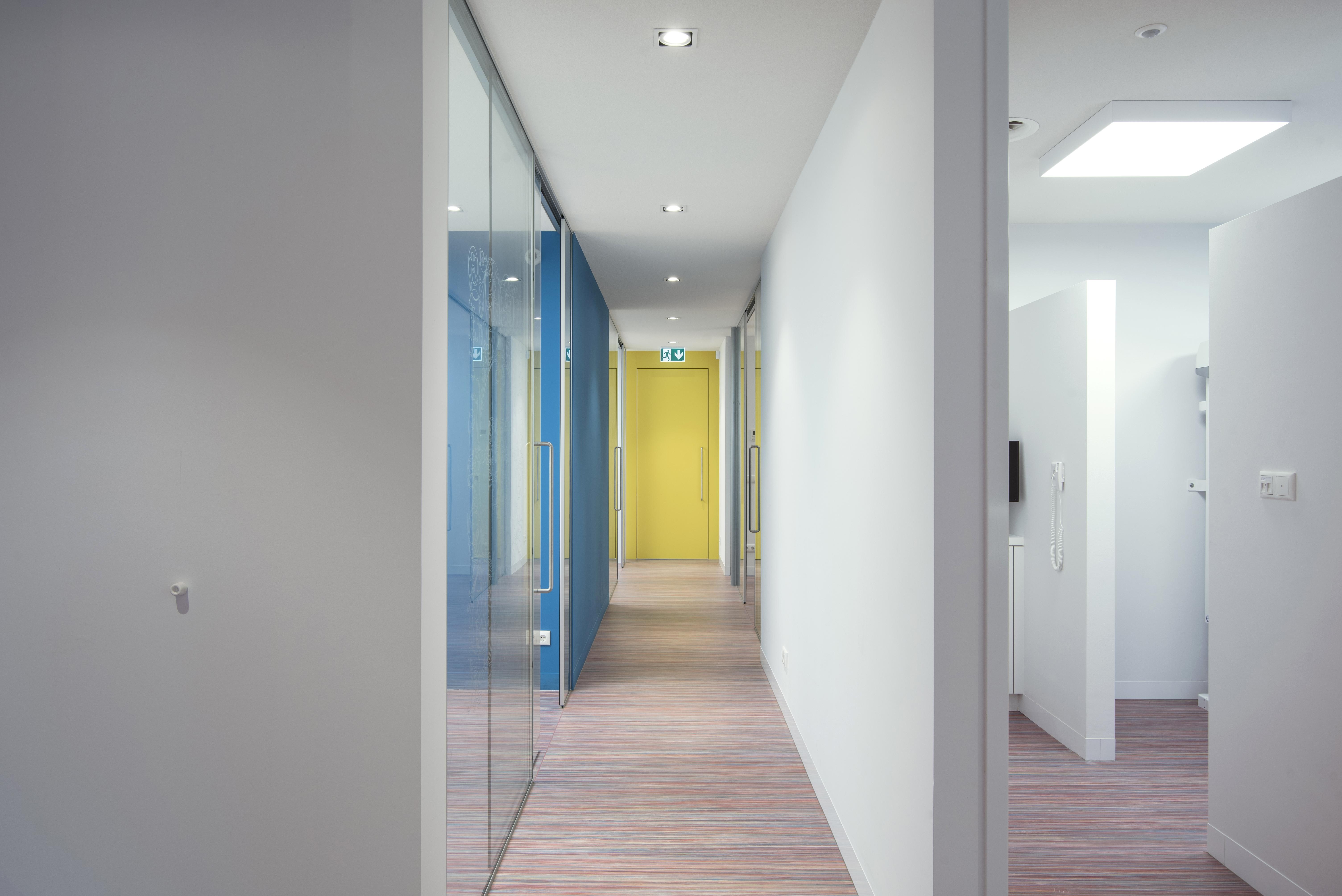 <p>Zicht op behandelruimten, kantoor en personeels annex vergaderruimte</p>