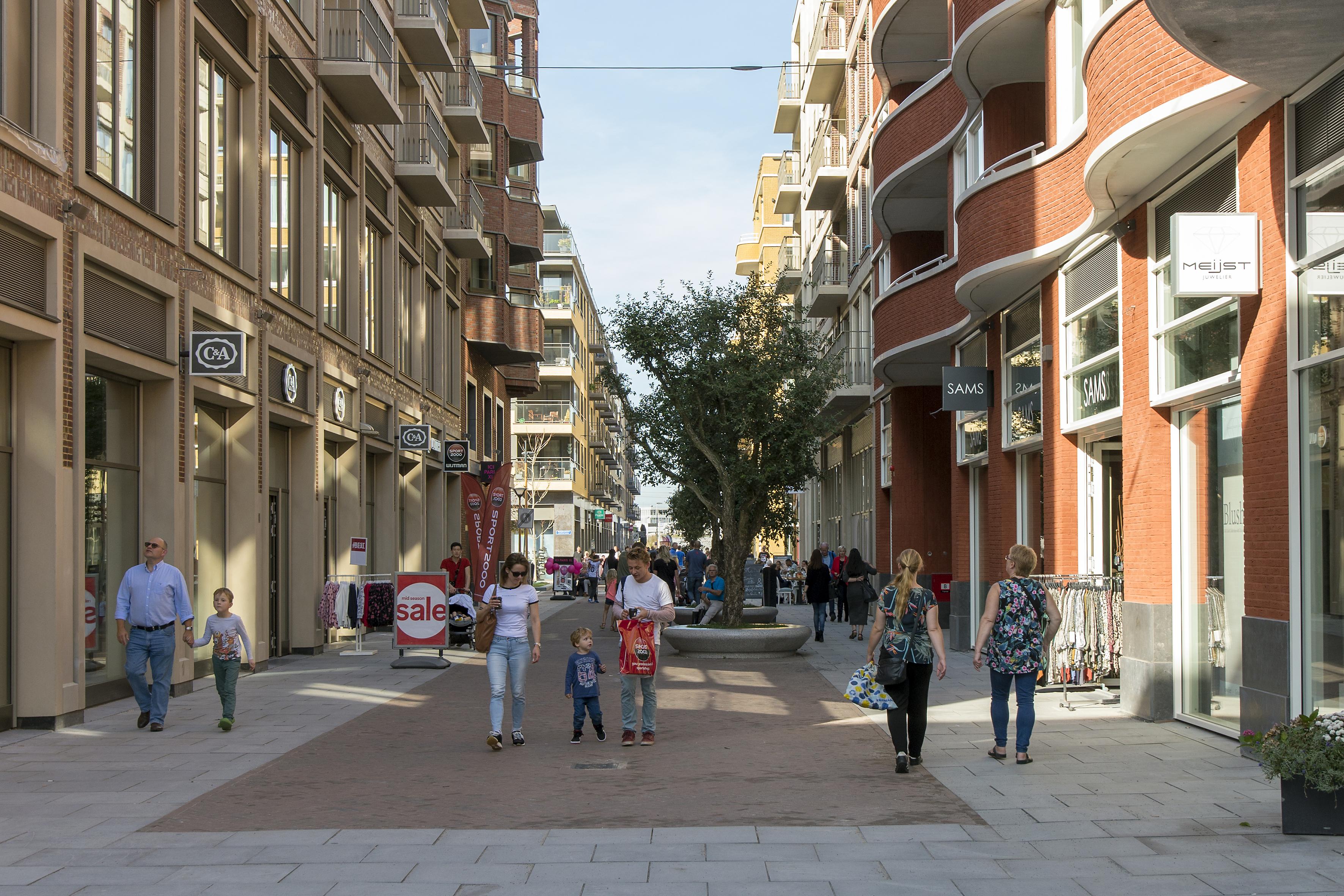 <p>Luxemburgpromenade, rechts een gebouw van Dok Architecten, links Geurst &#038; Schulze Architecten. Beeld Luuk Kramer</p>