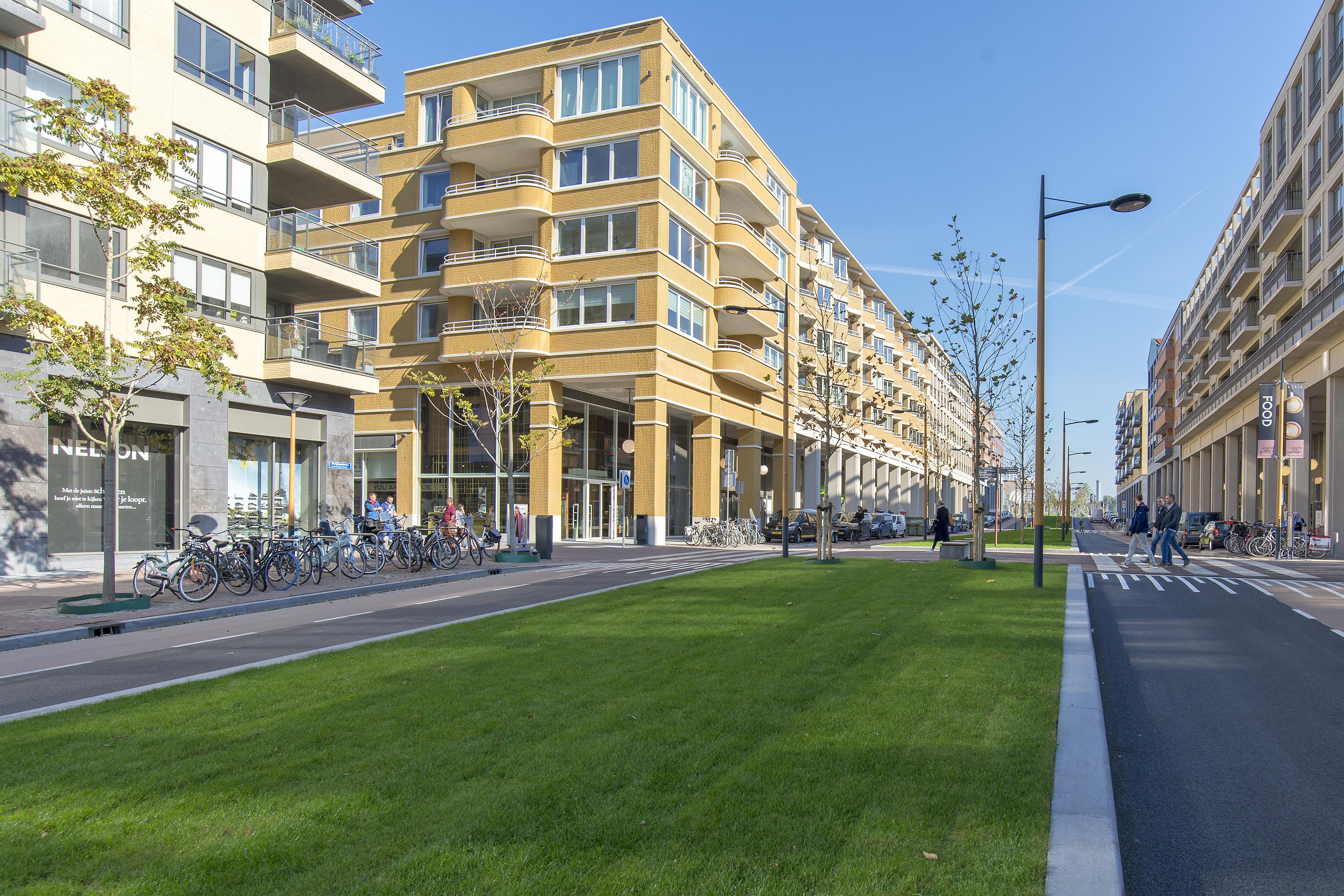 <p>De Parijsboulevard looopt in oostelijke richting op. Links AWG Architecten, rechts Geurst &#038; Schulze Architecten.</p>
