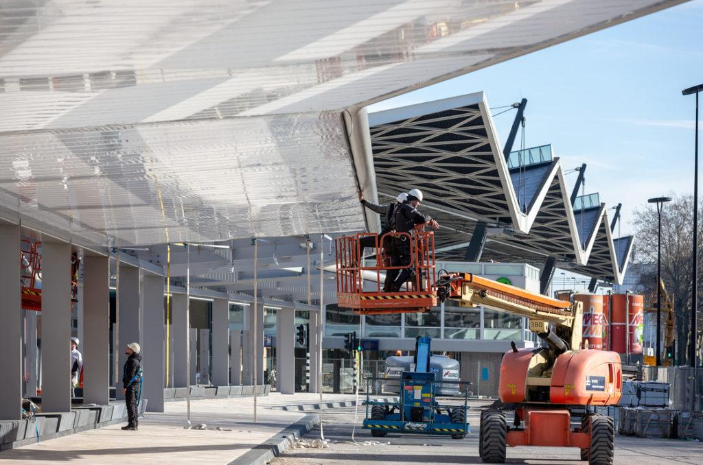Zelfvoorzienend busstation Spoorzone Tilburg, naar ontwerp van cepezed, in aanbouw, beeld lucas van der wee | cepezed