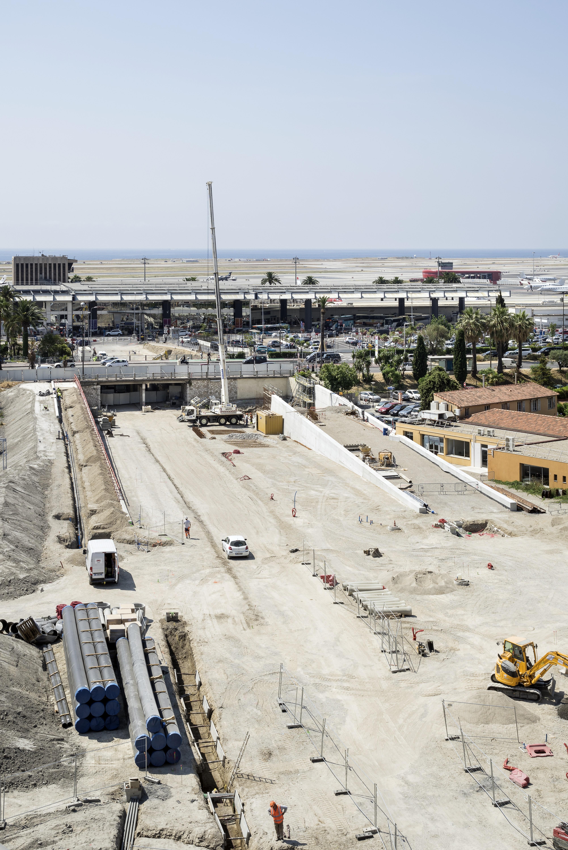 <p>De noord-zuidas in aanbouw loopt onder het spoor door richting de zee. Beeld: Aldo Amoretti</p>