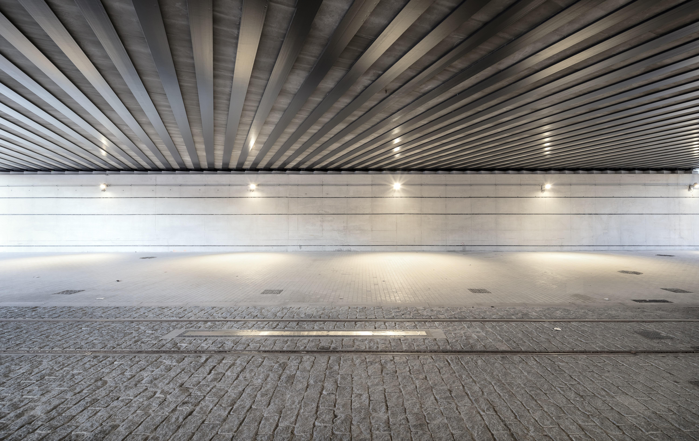 <p>De ruimte tussen de tramrails is bestraat met zeer ruwe kasseien om voetgangers te ontmoedigen. Beeld: Aldo Amoretti</p>