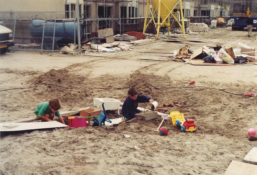 Ikzelf in 1993, spelend voor de deur van ons net opgeleverde nieuwbouwhuis