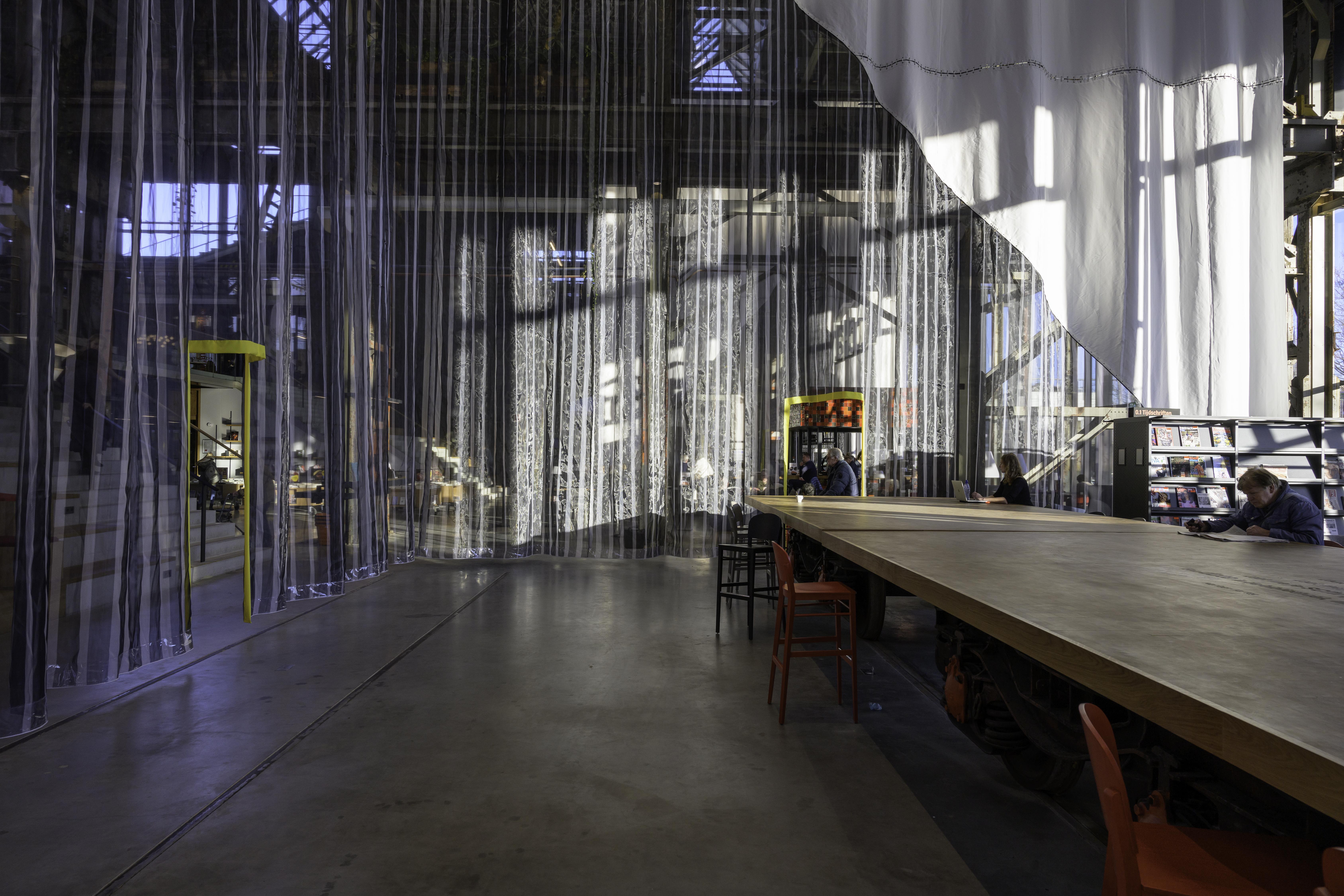 <p>LocHal Tilburg &#8211; Inside Outside. beeld Frans Parthesius</p>