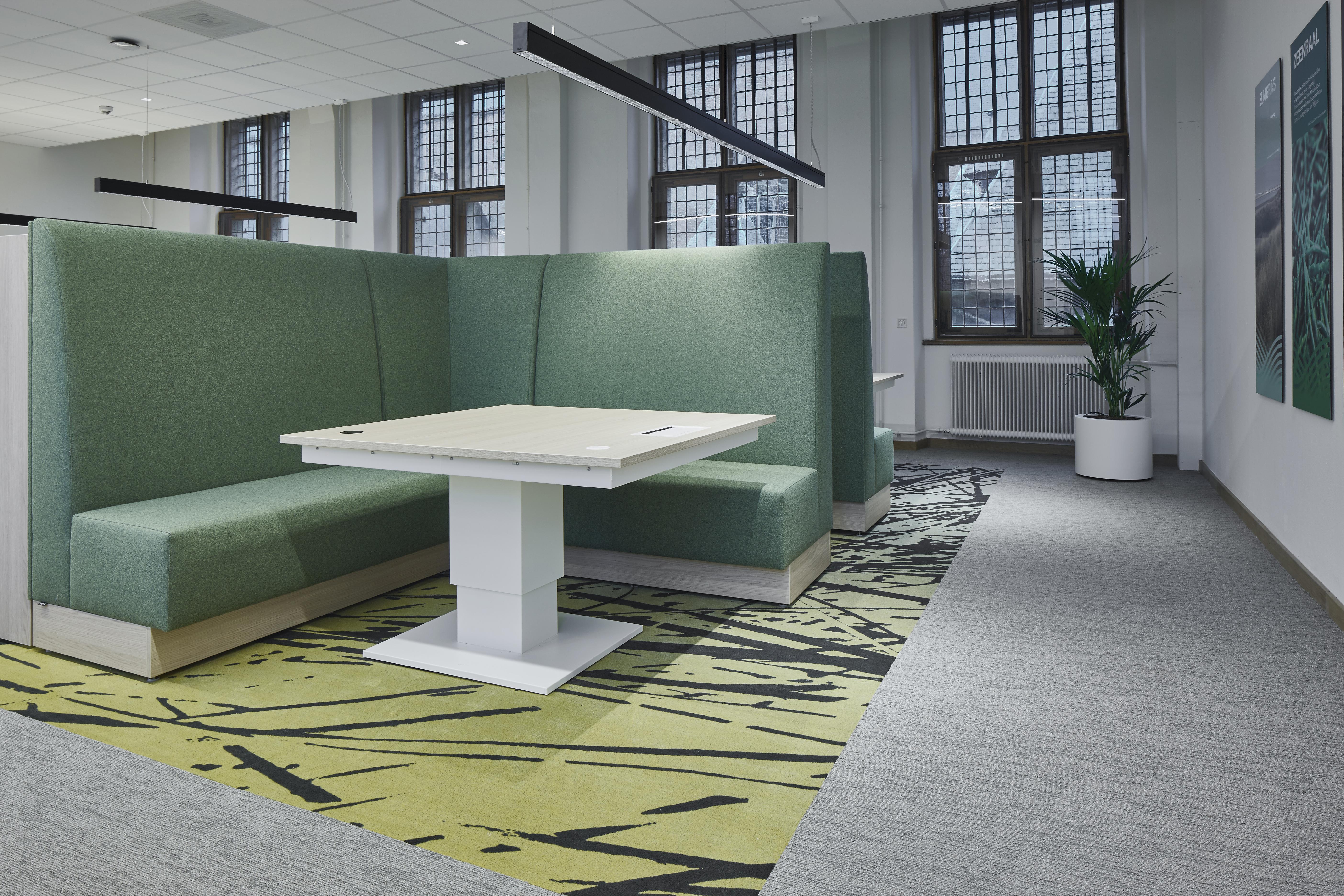 <p>De informele ontmoetingsplekken hebben opvallende kleuren die op elke verdieping anders zijn. Beeld Studio de Winter | Herman de Winter</p>