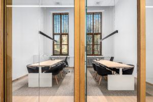 Moderne kantoortuin achter eeuwenoude facade – Provinciehuis Zeeland in Middelburg door M+R Interior Architecture