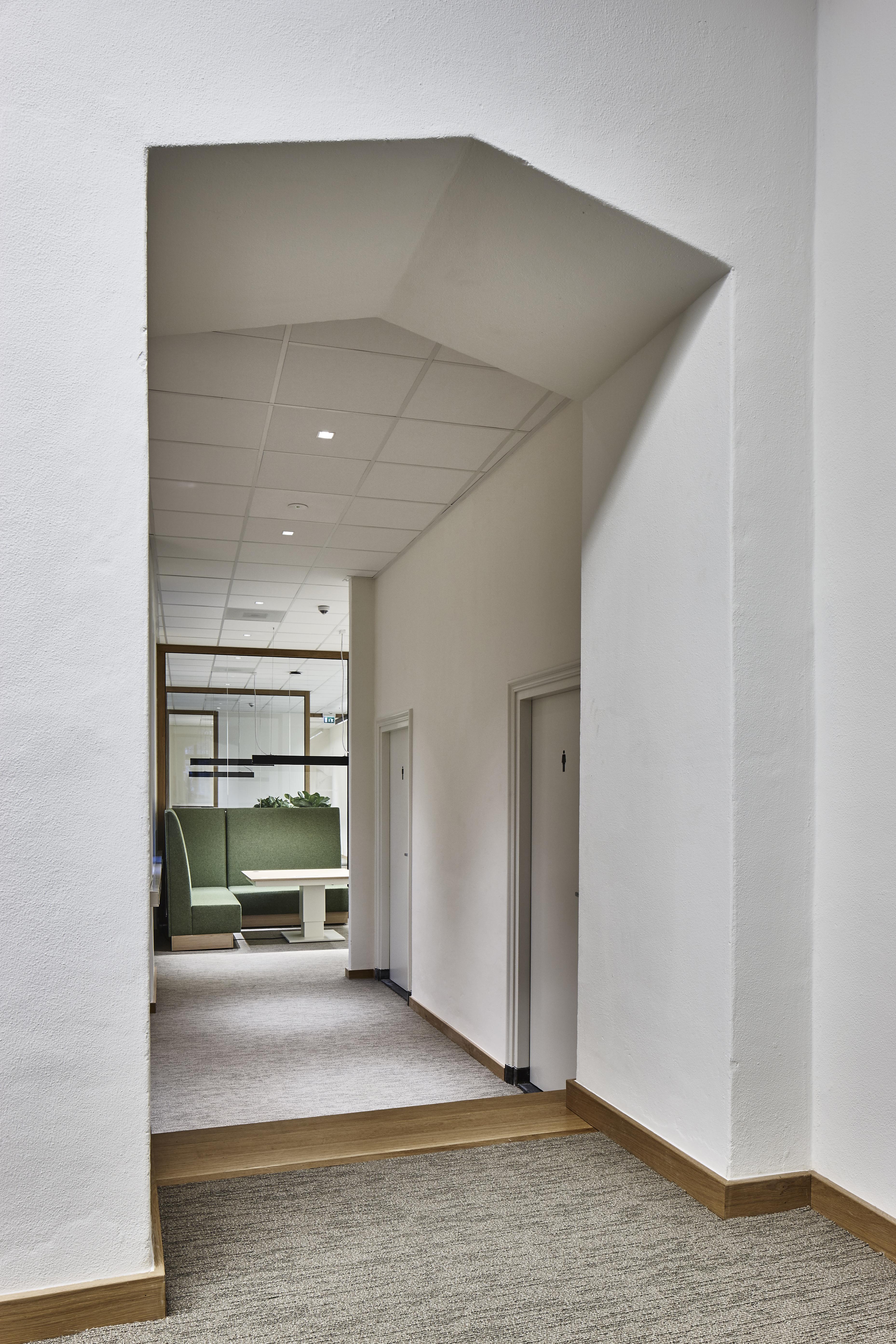 <p>Door de bestaande structuur van het gebouw ontstaan ruimten met verschillende karakters. Beeld Studio de Winter | Herman de Winter</p>