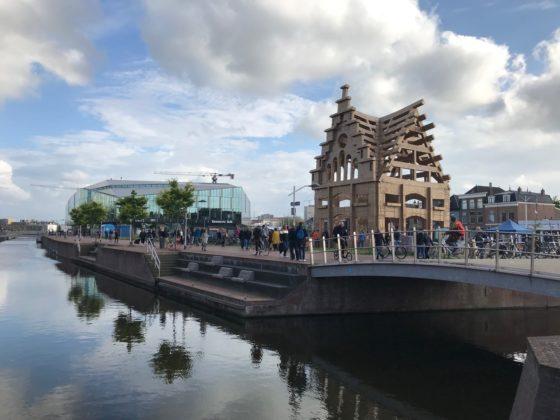 Stylos en Olivier Grôssetete bouwen kartonnen kunstwerk met Delft