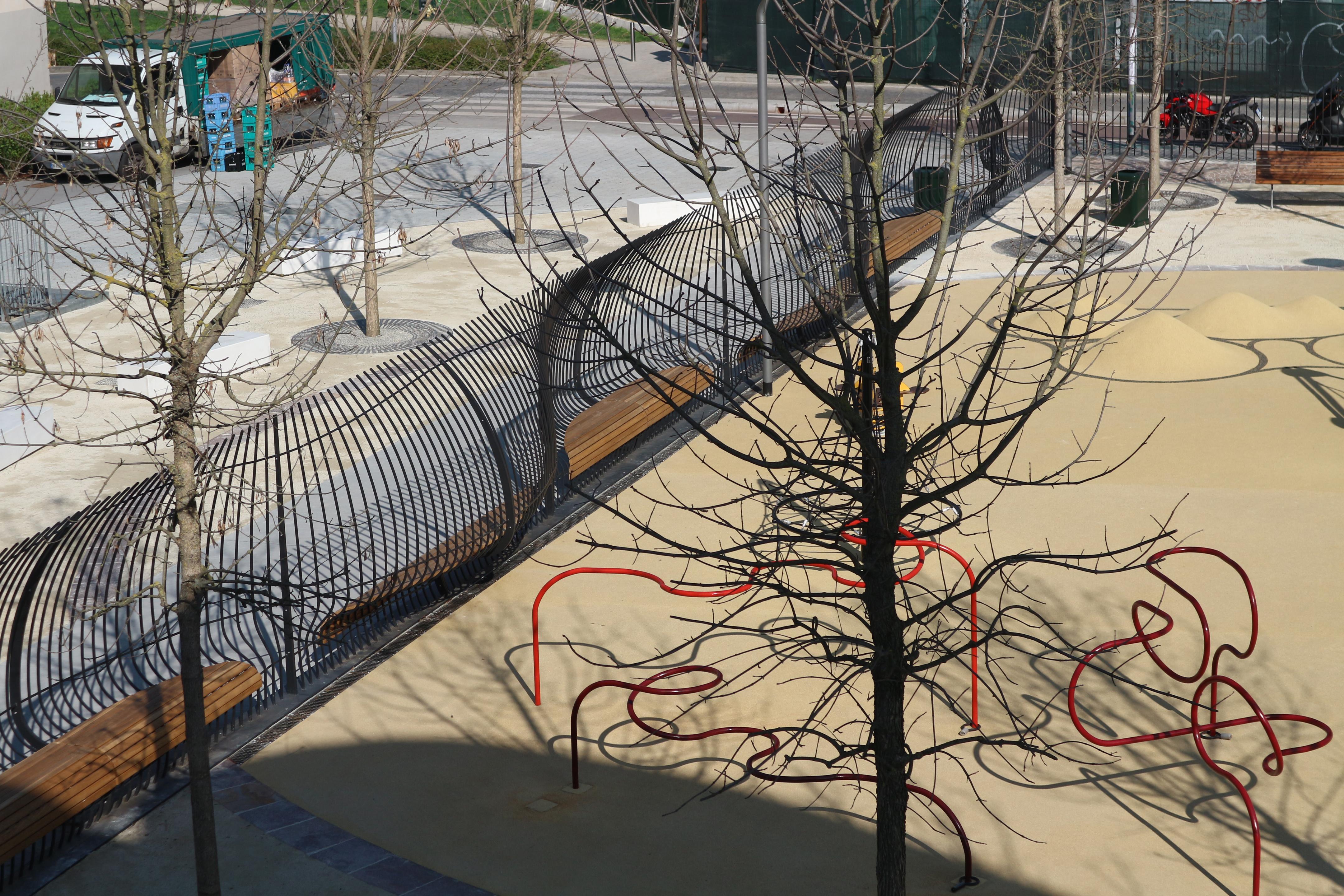 <p>Het golvende hek van de Fandazione Riccardo Catella. BeeldAndrea Cherchi</p>