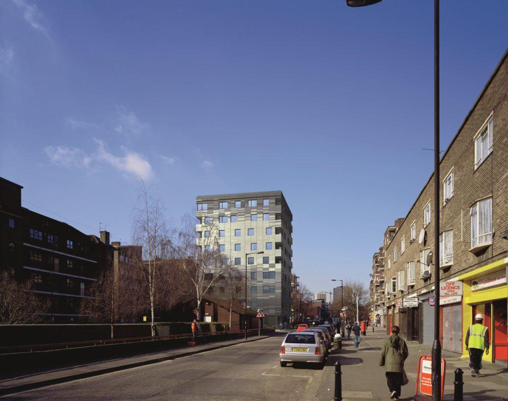Waugh Thistleton Architects ontwierp in de Londense stadswijk Hackney een woontoren van negen verdiepingen en een hoogte van 29 m. Beeld Smoothe Londen