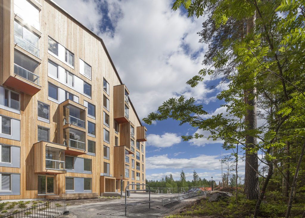 Appartementengebouw Puukuokka in Jyväskylä (Finland) is een houthoogbouwproject in kruislaaghout, dat in 2014 is ontworpen door architect Anssi Lassila van OOPEAA Office for Peripheral Architecture. Het gebouw heeft acht verdiepingen en is 26 m hoog. Beeld Mikko Auerniitty Jyväskylä.
