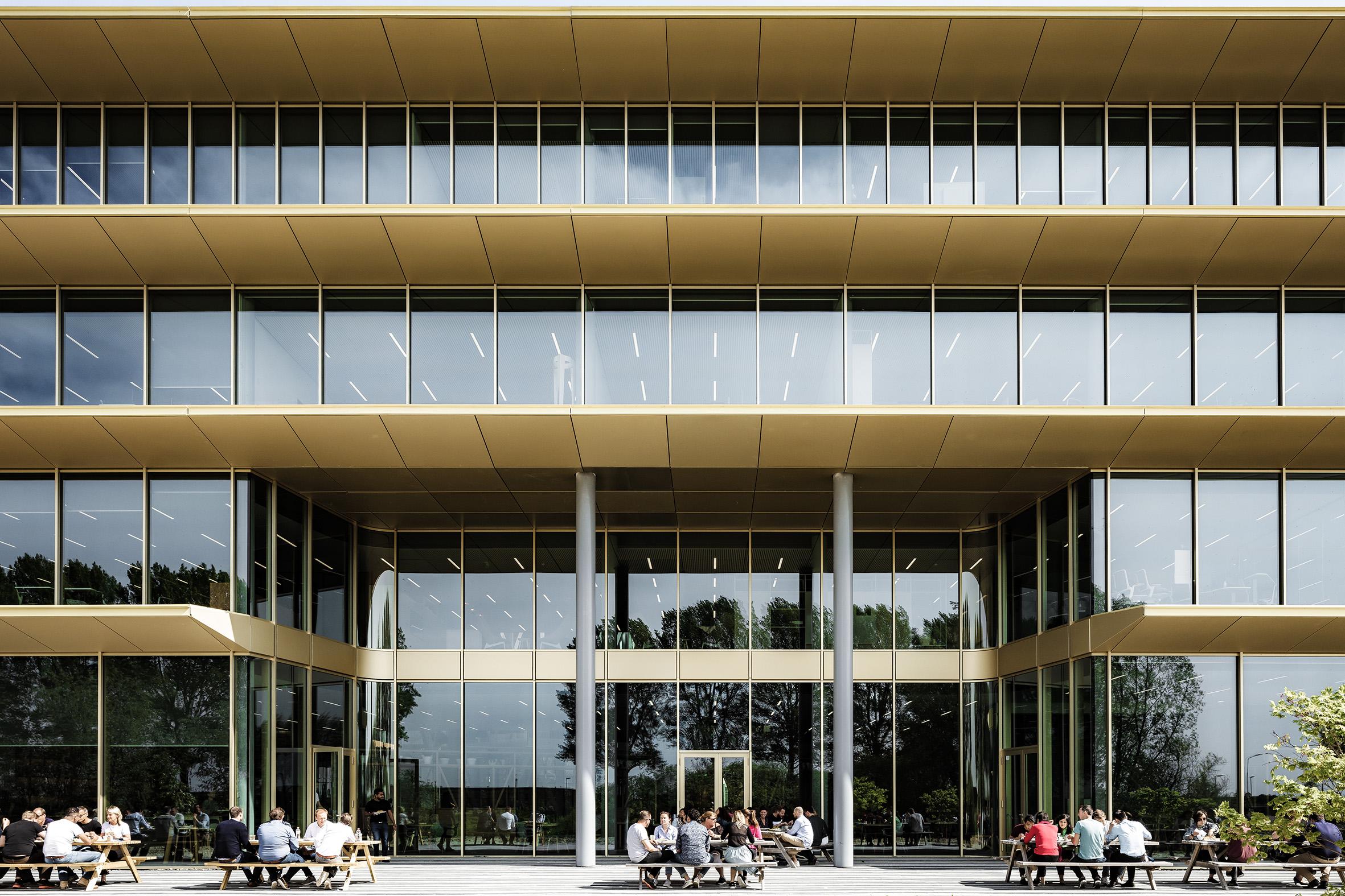 <p>Hoofdkantoor ASICS EMEA in Hoofddorp door Powerhouse Company. Beeld Sebastian van Damme</p>