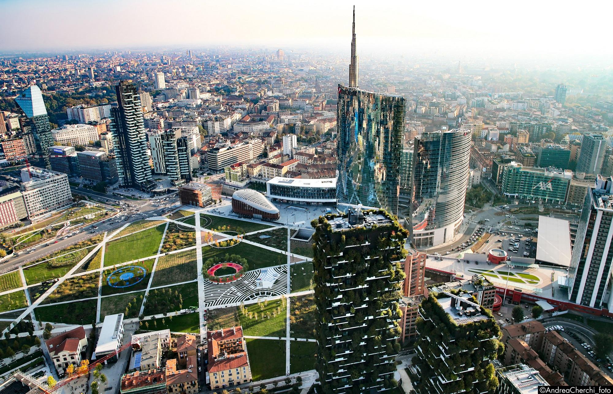 <p>Het nieuwe stadspark in de nabijheid van station Garibaldi (rechts op de foto). Op de voorgrond beide torens van het Bosco Verticale door Stefano Boeri. Beeld Andrea Cherchi</p>
