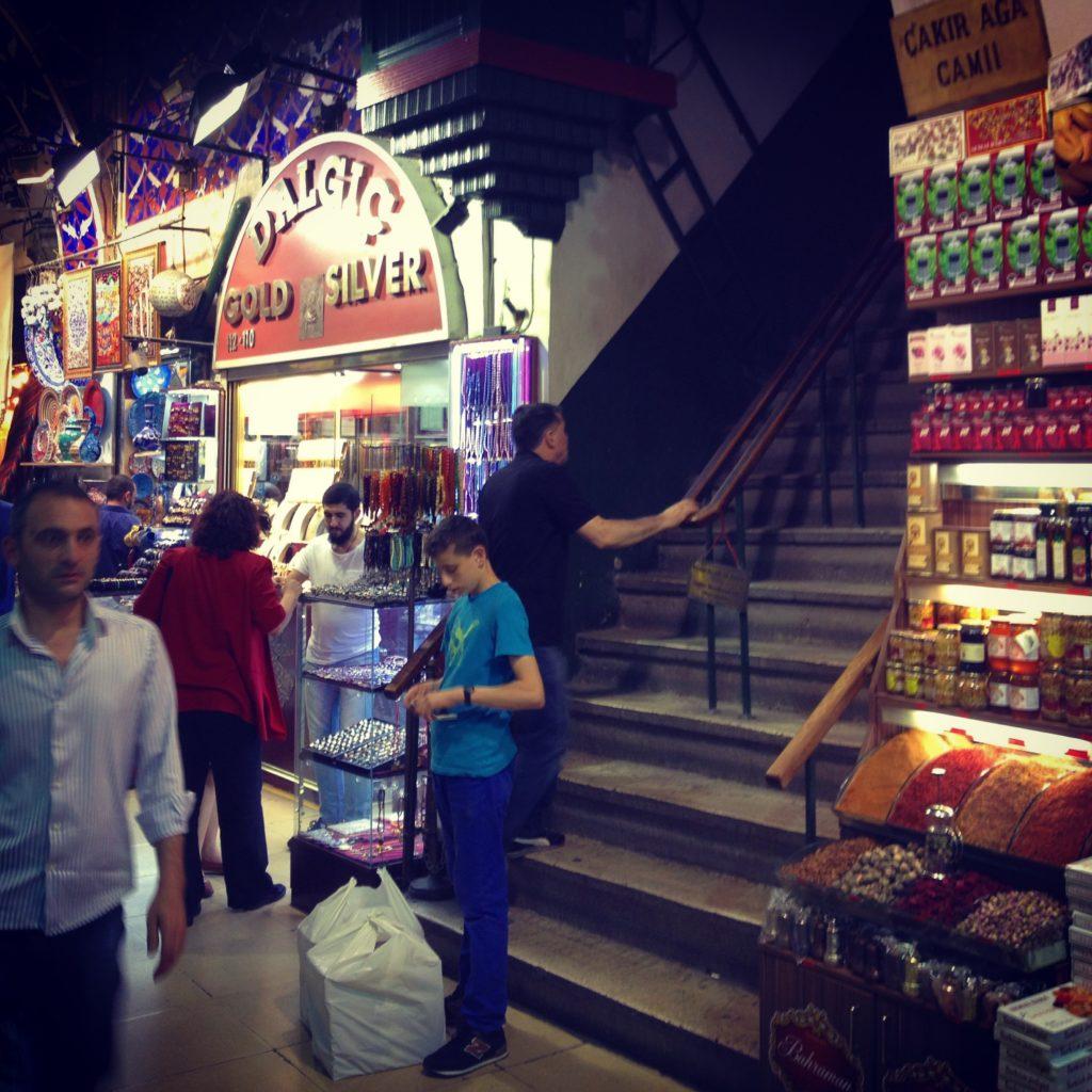 Entree naar een moskee in de Grote Bazaar van Istanbul. Beeld Robbert Guis