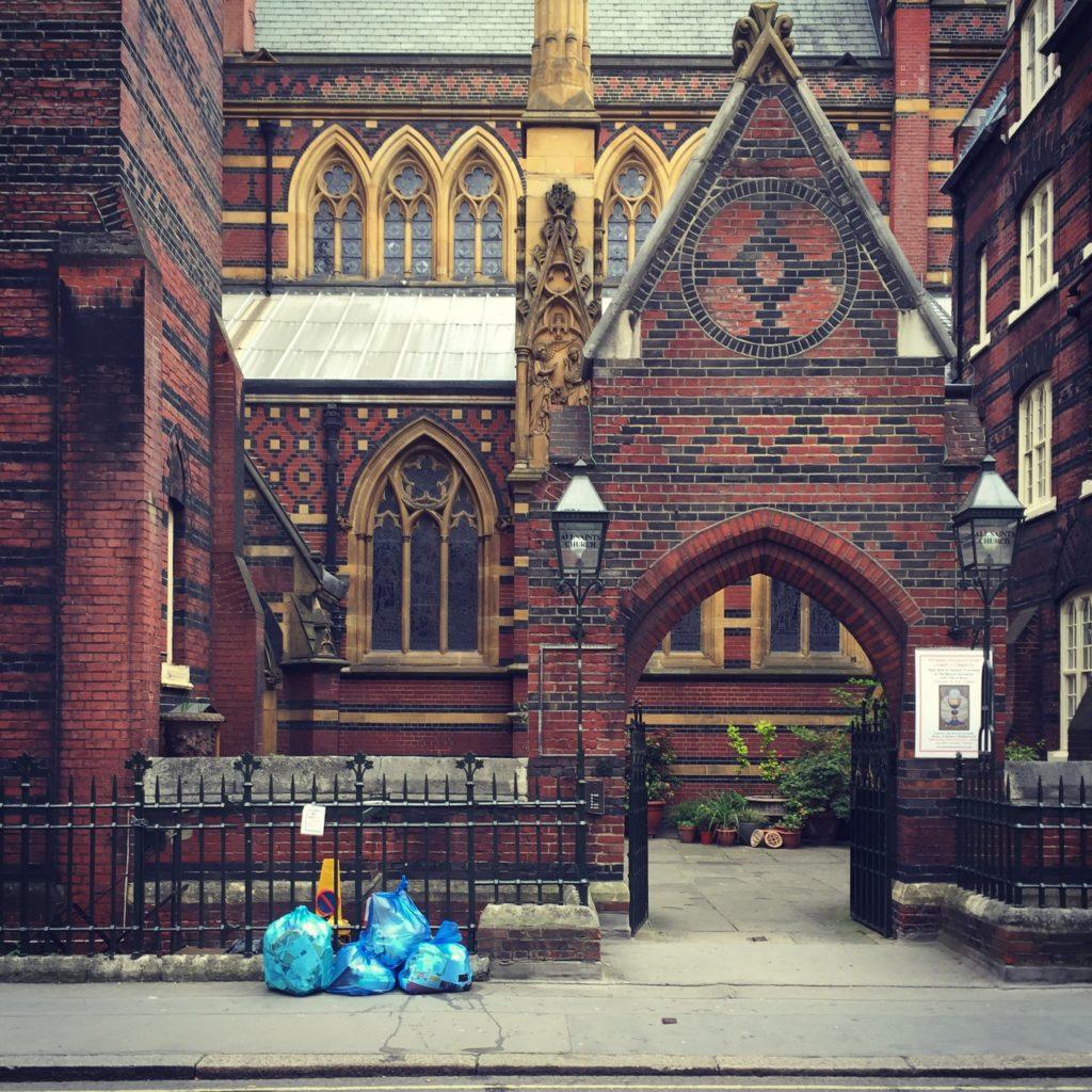 Entree naar een Victoriaanse Kerk midden in Londen. Beeld Robbert Guis