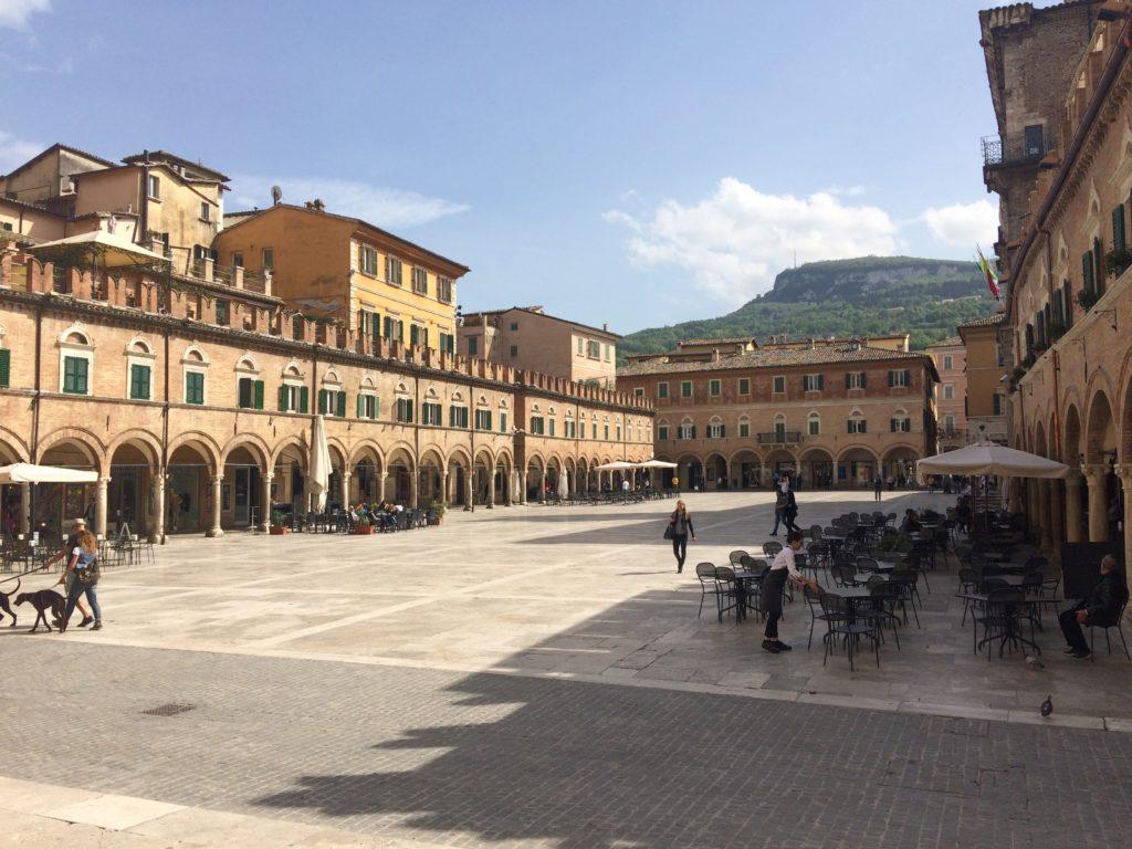 Plein in Ascoli Piceno. Beeld Matthijs de Boer