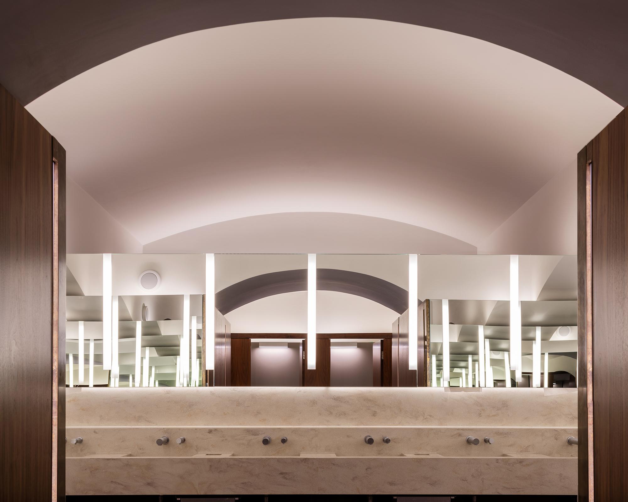 <p>Om de foyer te kunnen  vergroten zijn nieuwe damestoiletten in de kelder gerealiseerd. Beeld James Newton</p>