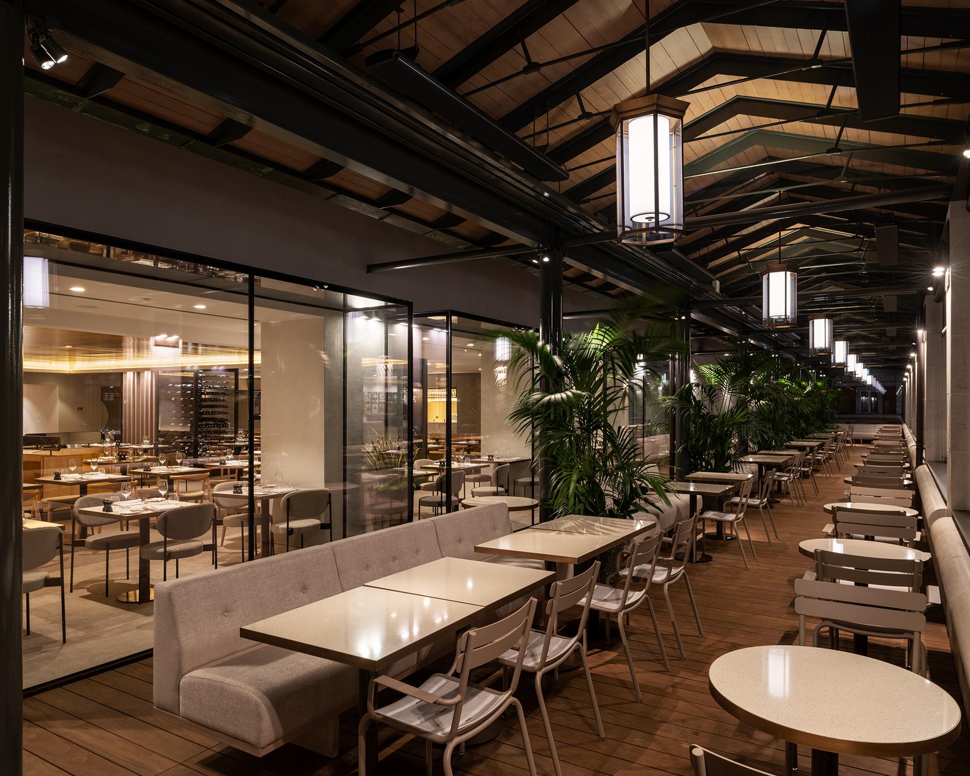 <p>Het restaurant is  vergroot door glazen erkervormige volumen het terras in te laten steken. Beeld James Newton</p>