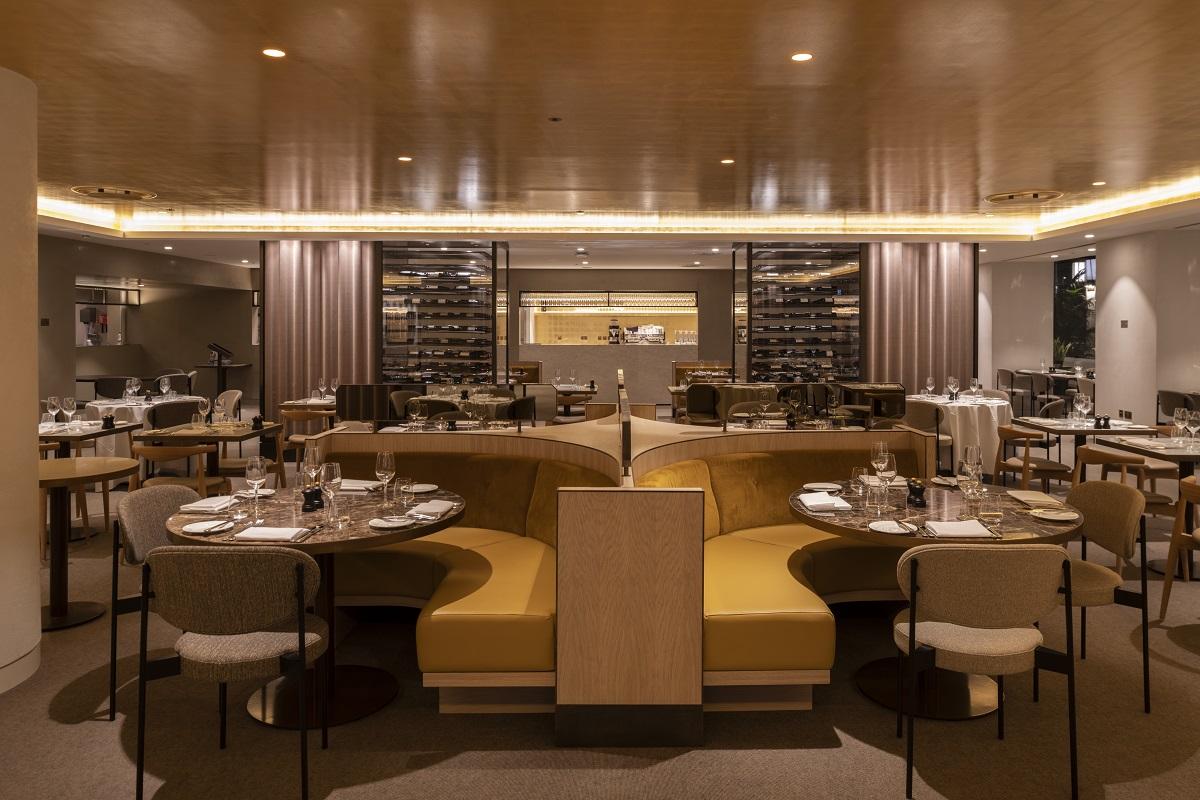 <p>De interieurarchitect Studio Linse ontwierp het restaurant. Op de vloer ligt een grijs tapijt, ten behoeve van de akoestiek. Het plafond is bekleed met bladgoud. Een groot kruisvormig meubel staat prominent in de ruimte Beeld James Newton</p>