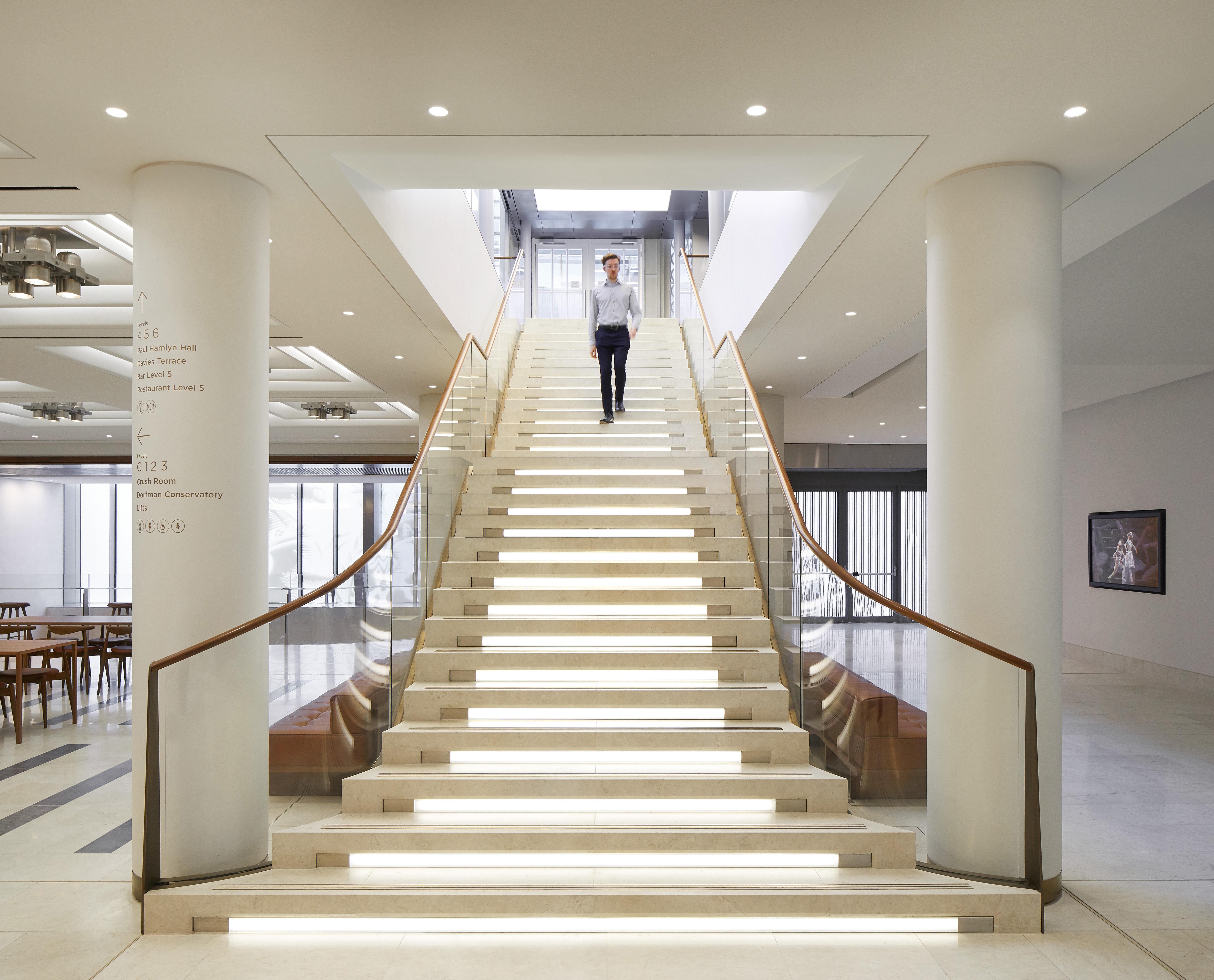 <p>Stanton Williams voegde een  nieuwe trap toe die direct vanuit de foyer op de begane grond leidt naar de Paul Hamlyn-hal. Beeld Hufton + Crow</p>