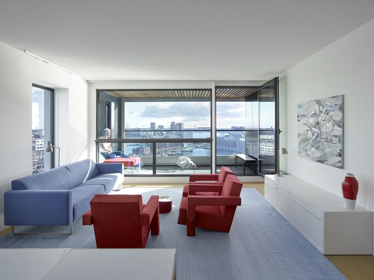 <p>De oostelijke woningen bieden uitzicht richting station Amsterdam Centrum. Beeld Jeroen Musch</p>