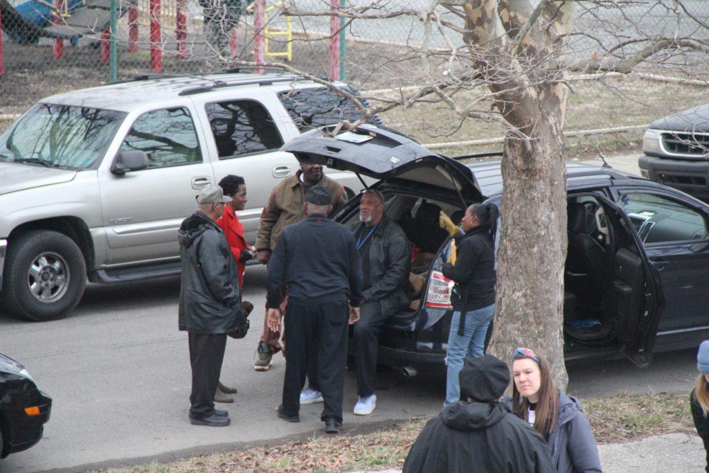 Herbert (zittend op de auto) met z'n vrienden uit de buurt. Beeld The Motown Movement