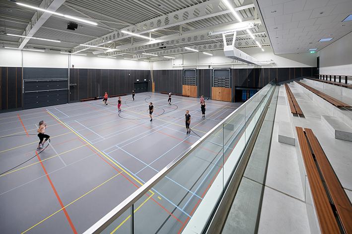 <p>1 van de 2 grote sporthallen van het gebouw, Fotograaf Ronald Tilleman</p>