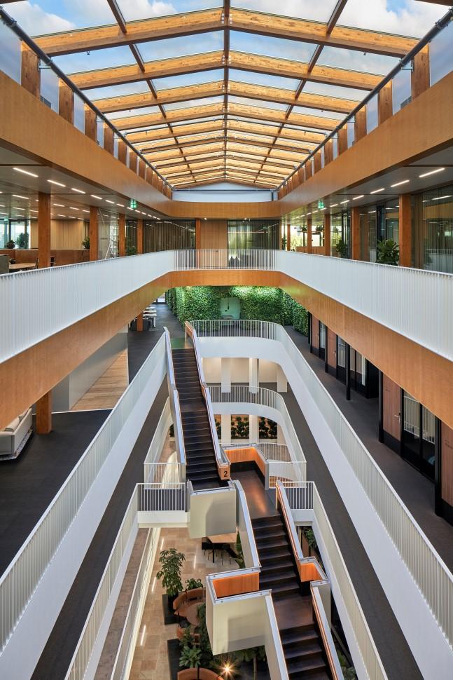 <p>Fotografie: Ronald Tilleman | het kantoor staat in open verbinding met de andere vloeren van EDGE Olympic, dankzij een spectaculair atrium</p>