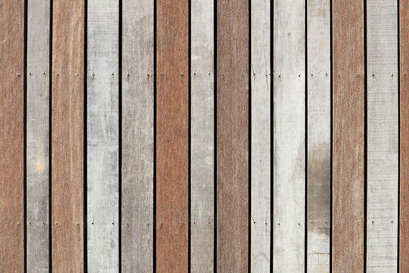 <p>De gevels van het circulaire woongebouw zijn gemaakt van oude damwandprofielen van Azobé hout (foto: Marcel van der Burg)</p>