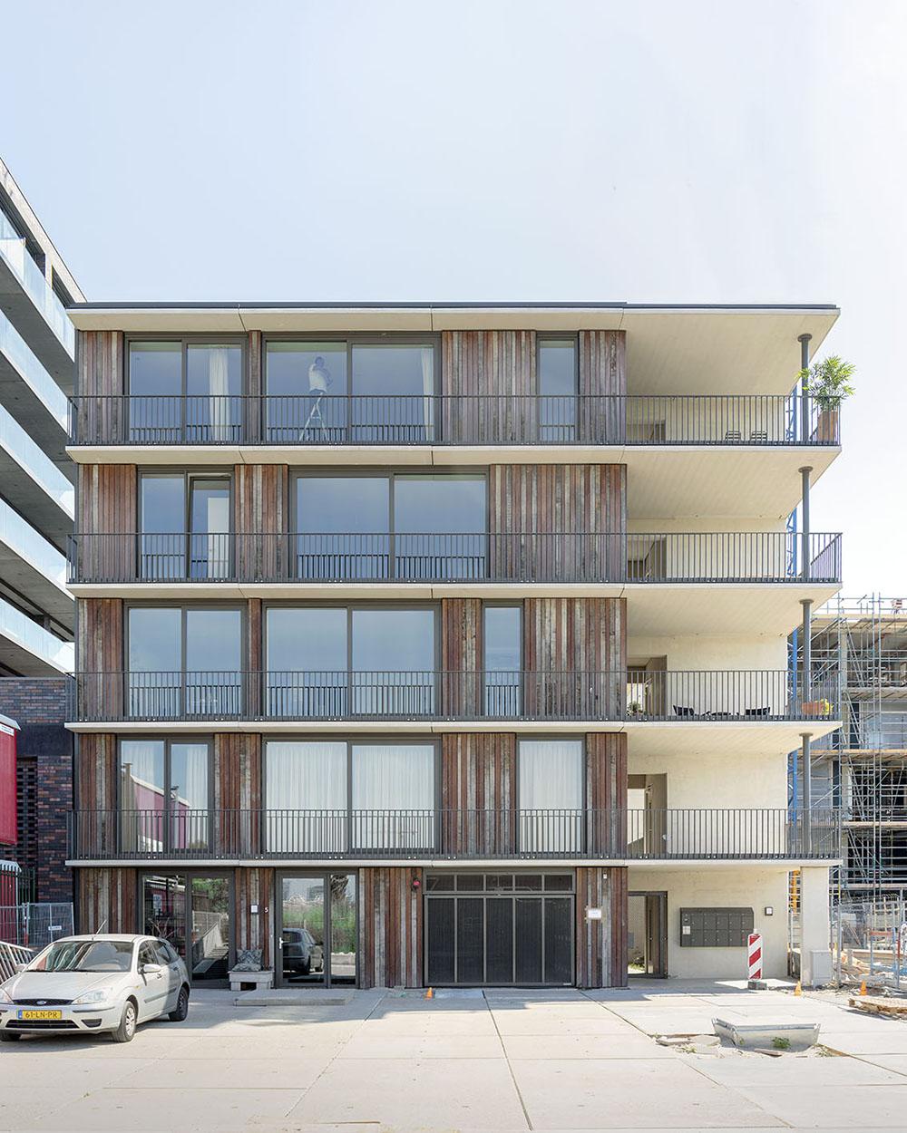 <p>Het appartementenblok heeft een bijzonder ontsluitingsprincipe: de 'street in the sky' (foto: Marcel van der Burg)</p>
