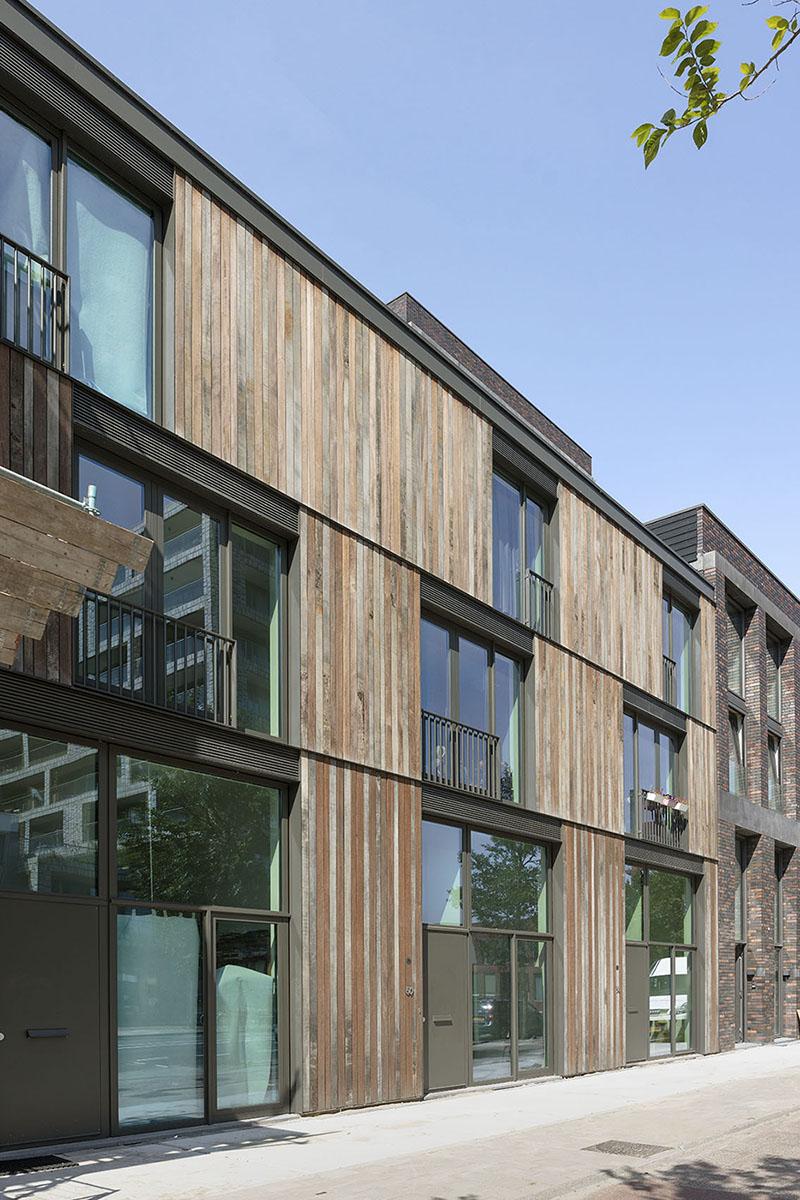 <p>Het ene bouwdeel bestaat uit 3 rijwoningen (foto: Marcel van der Burg)</p>