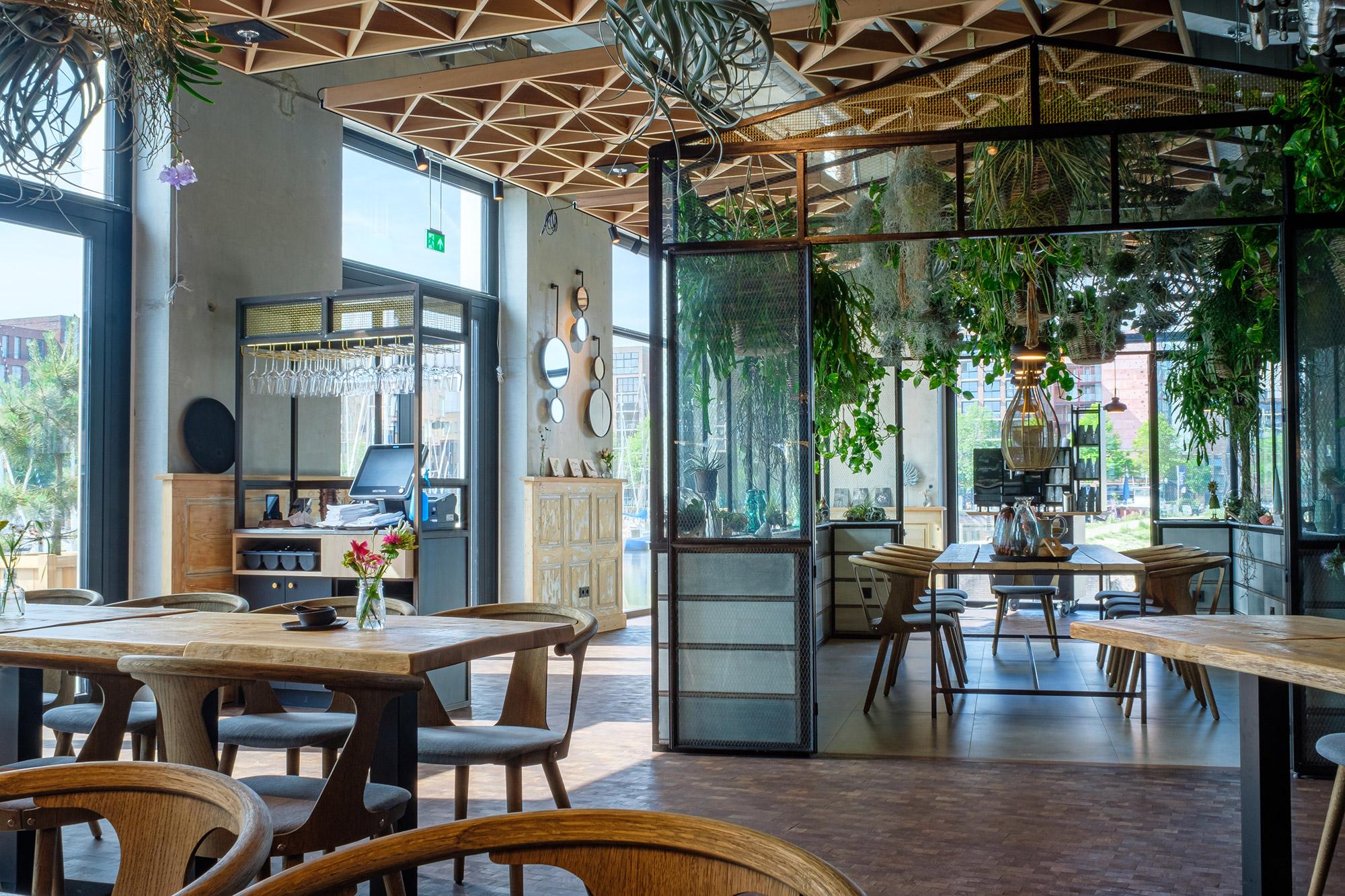 <p>Interieur restaurant Hotel Breeze. Foto: Valentijn Kortekaas</p>