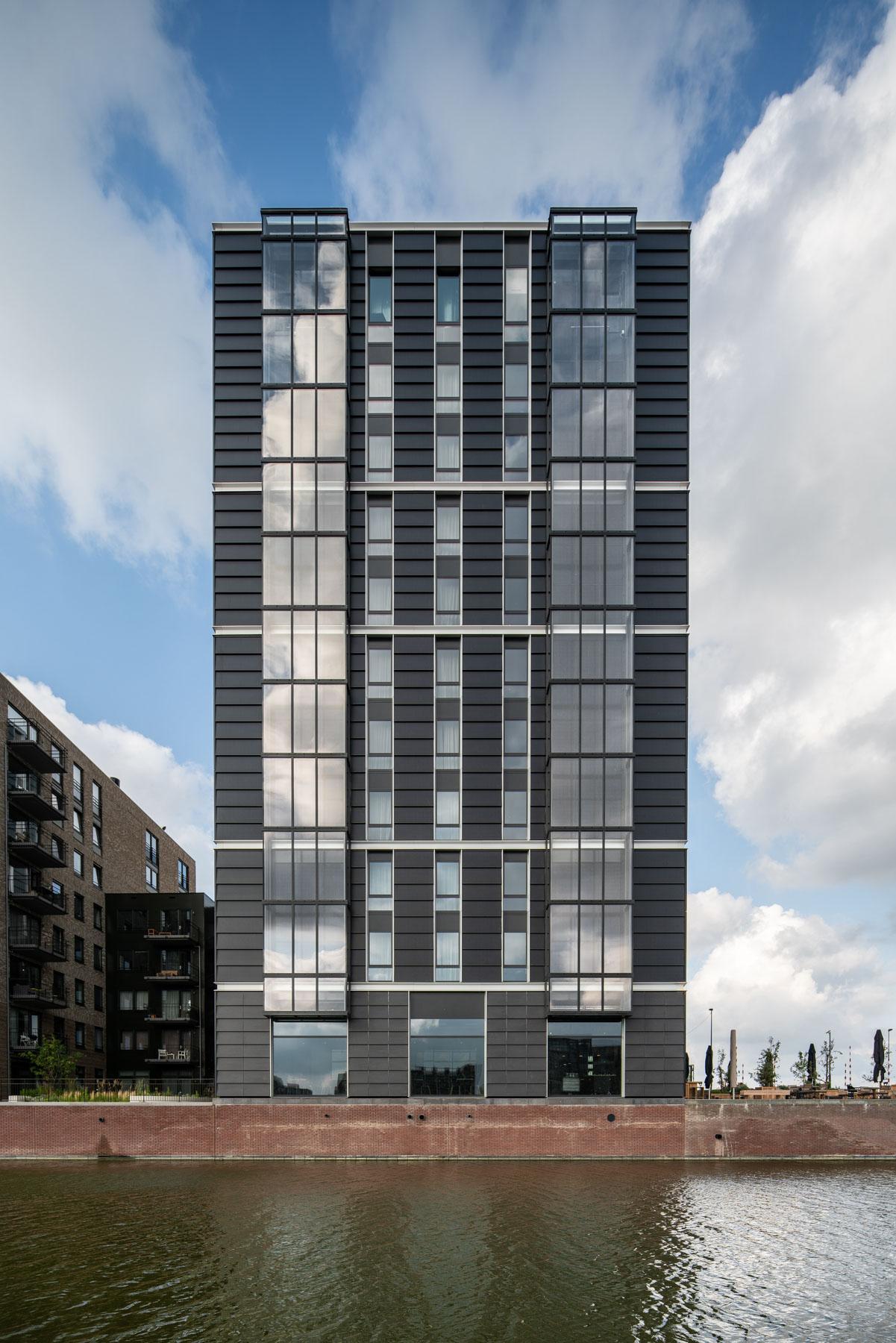 <p>Zonneschoorsteen van het 11 verdiepingen tellende Hotel Breeze. Foto ©egbertdeboer.com</p>