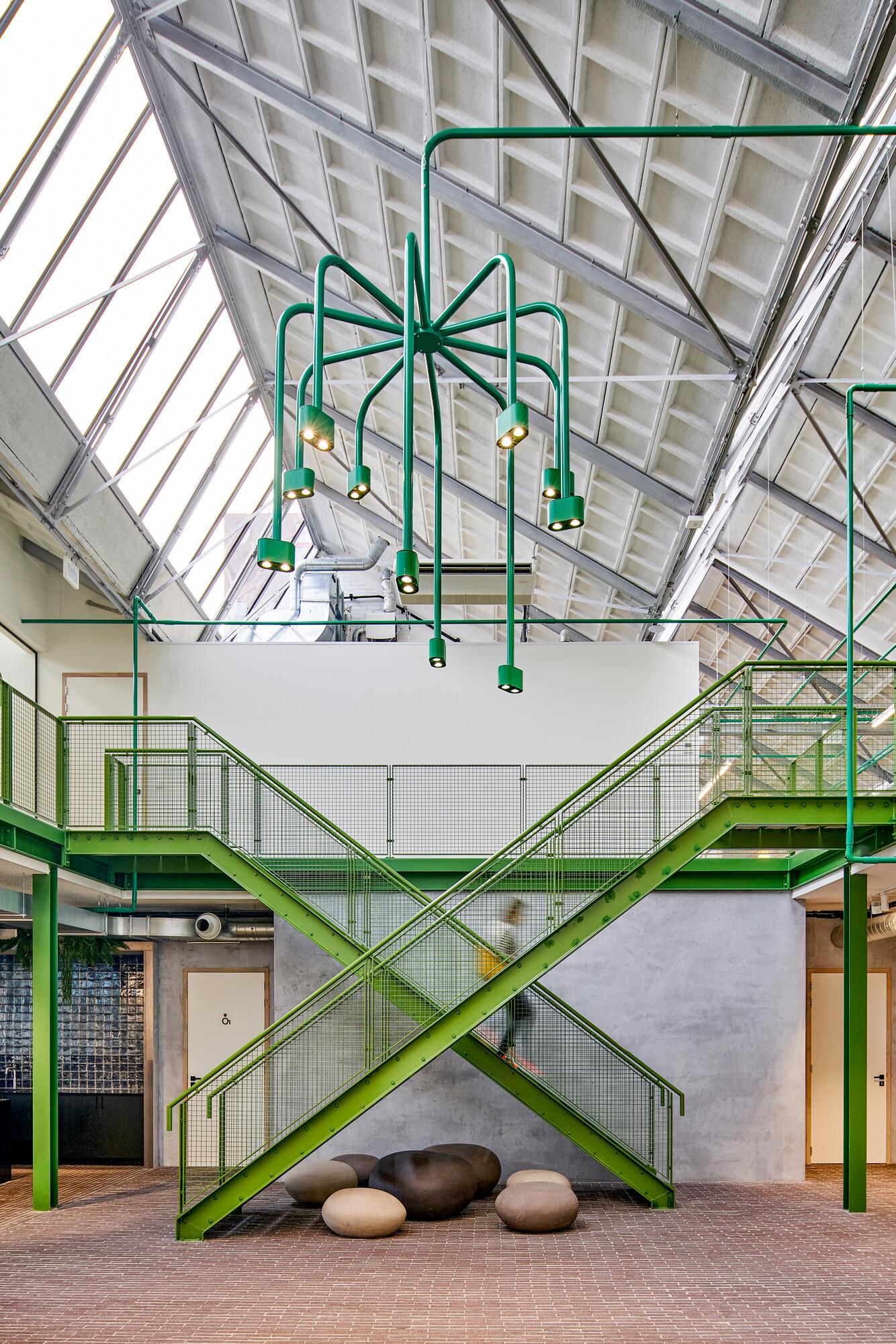 <p>In het atrium hangt een grote kroonluchter, op maat gemaakt. De voeding van deze kroonluchter komt uit de kabelboom, het element waarop concept is gebaseerd. fotografie Philip Jintes @ Phenster</p>
