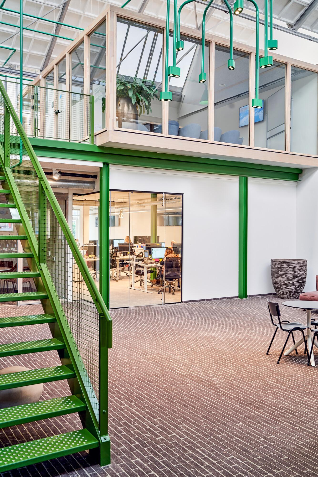 <p>Overstekende zwevende blokken dienen als vergaderruimtes. Een prachtig verbindend element tussen de verdiepingen, waar werknemers tijdens vergaderingen een mooi uitzicht over het restaurant hebben. fotografie Philip Jintes @ Phenster</p>