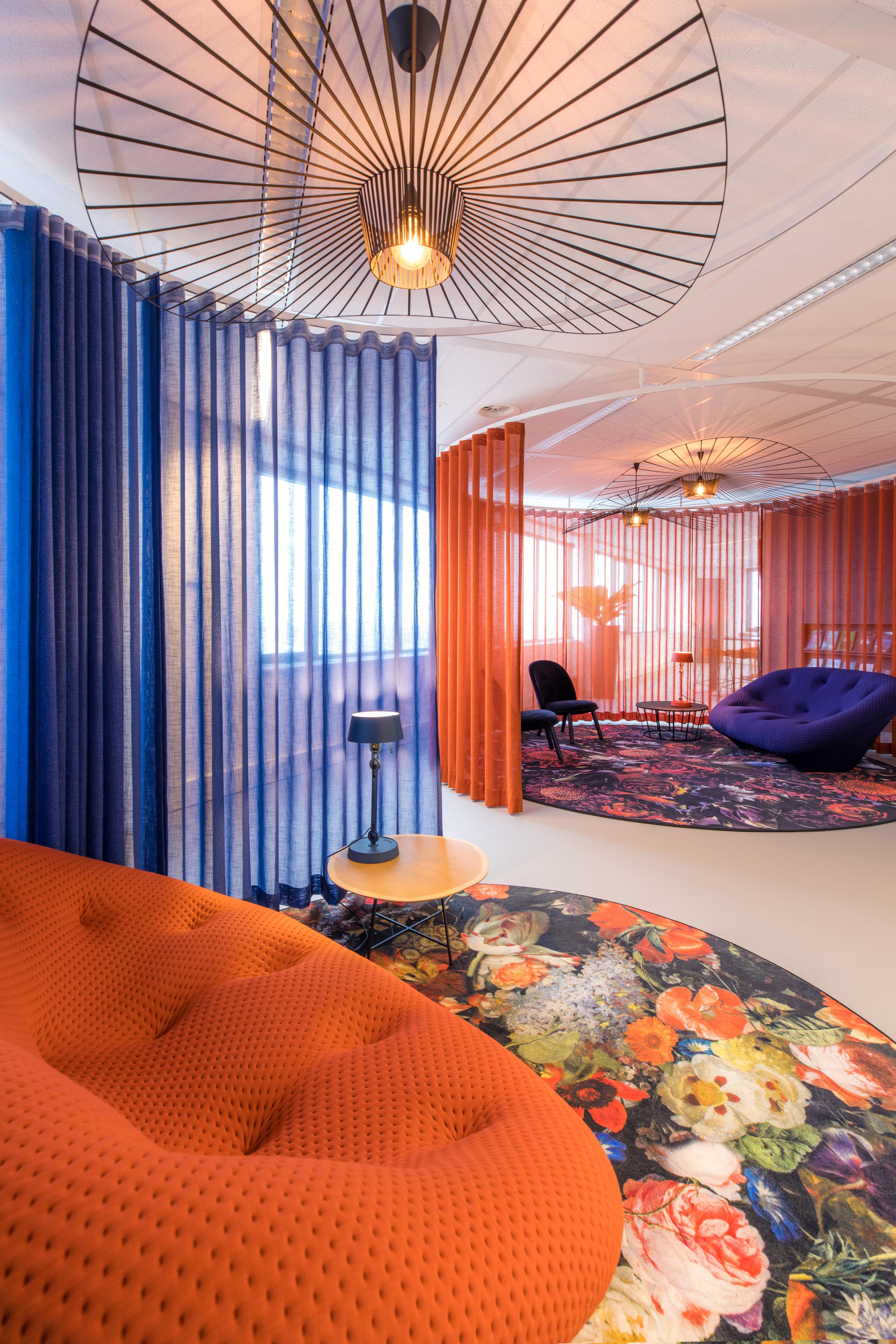 <p>Kleurrijke lounge ruimte, &#8216;foto; Jan Buteijn&#8217;</p>