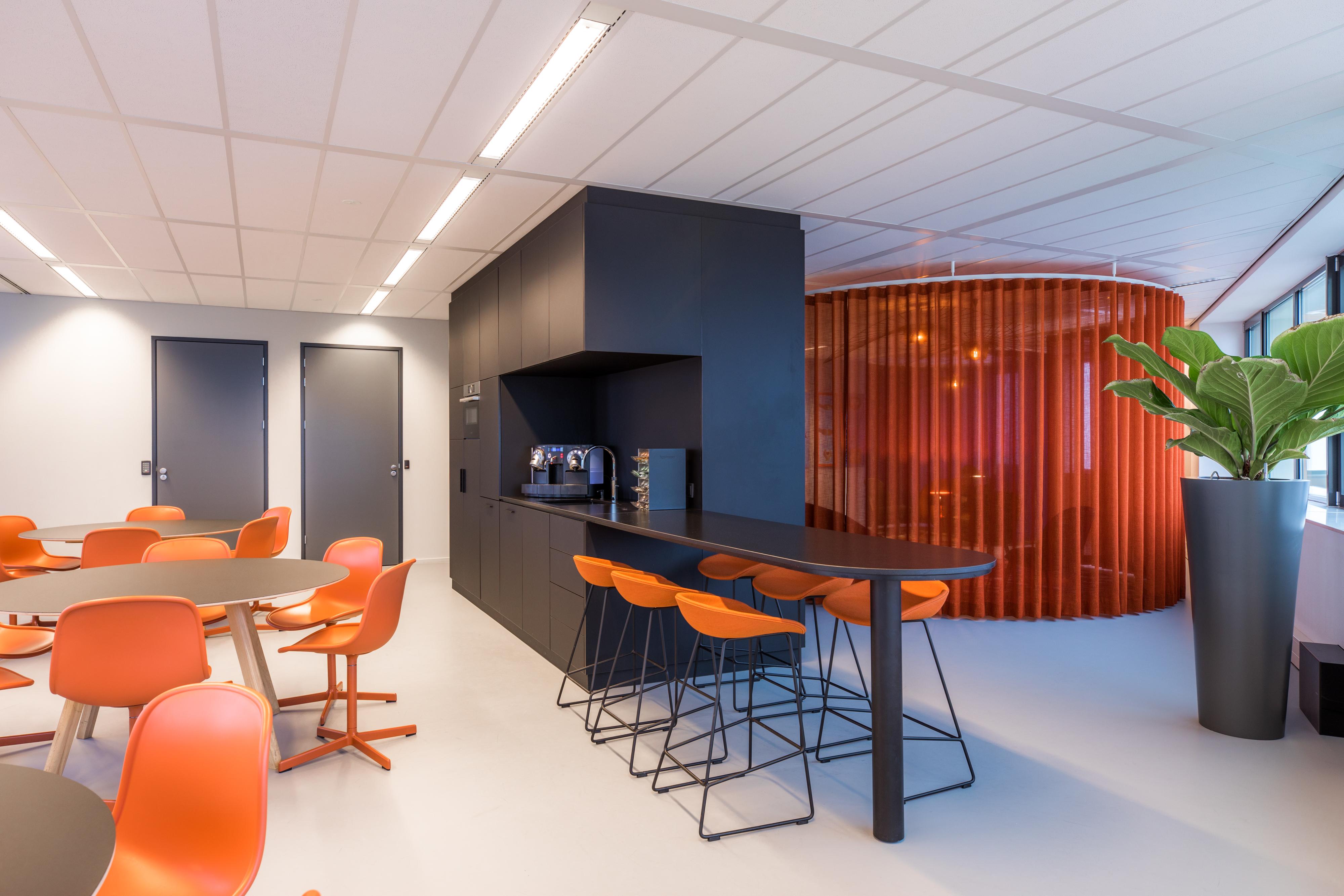 <p>Lunchruimte met ruimtelijk geplaatste keukenmeubel, &#8216;foto; Jan Buteijn&#8217;</p>