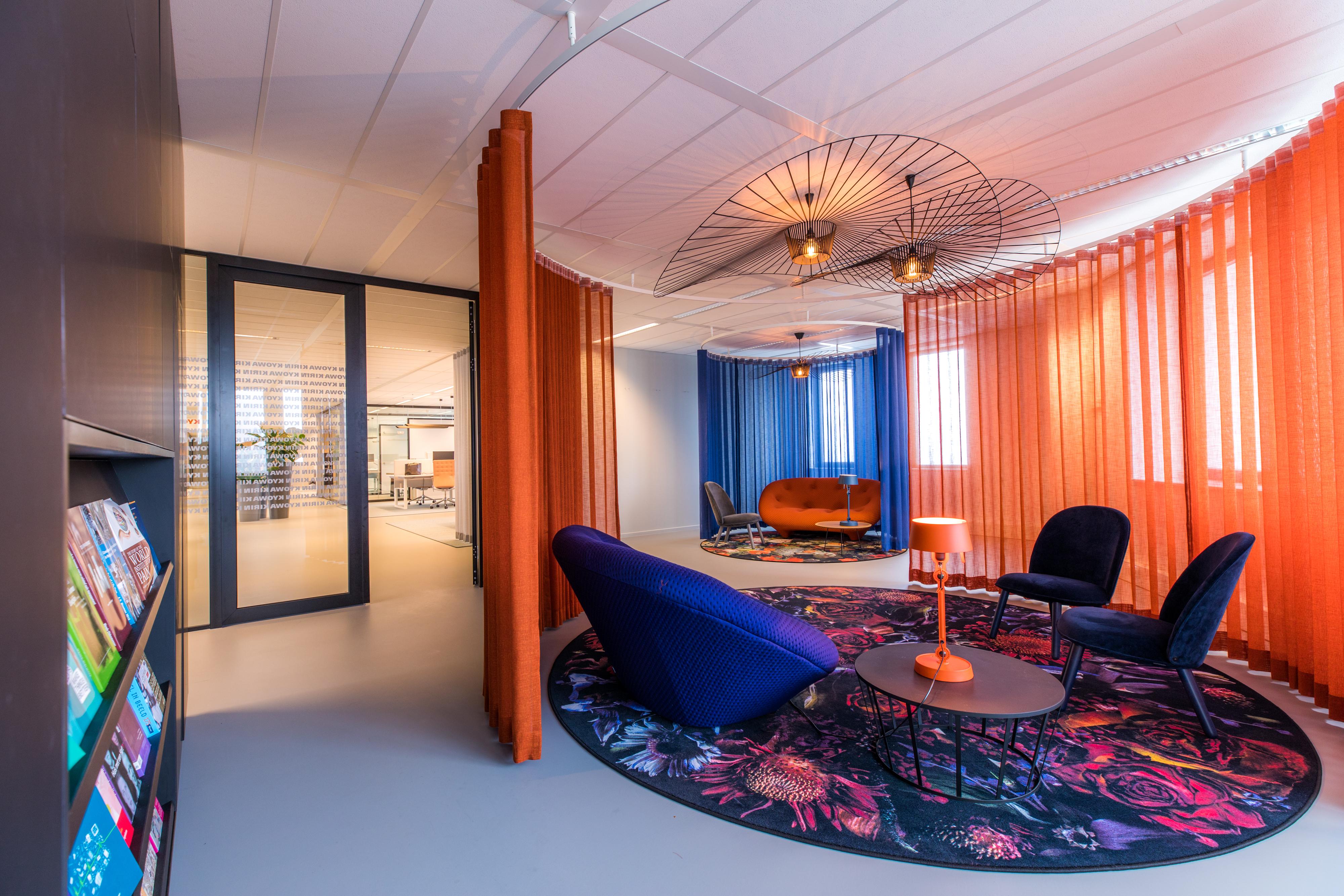 <p>Lounge ruimte met verplaatsbare gordijnen, &#8216;foto; Jan Buteijn&#8217;</p>