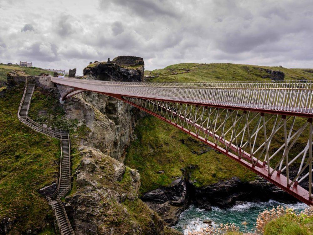 Vakantietip: Tintagel Castle Bridge in Cornwall door William Matthews Ass. en Ney & Partners