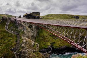 Vakantietip: Tintagel Castle Bridge in Cornwall door William Matthews Ass. en Ney & Partners