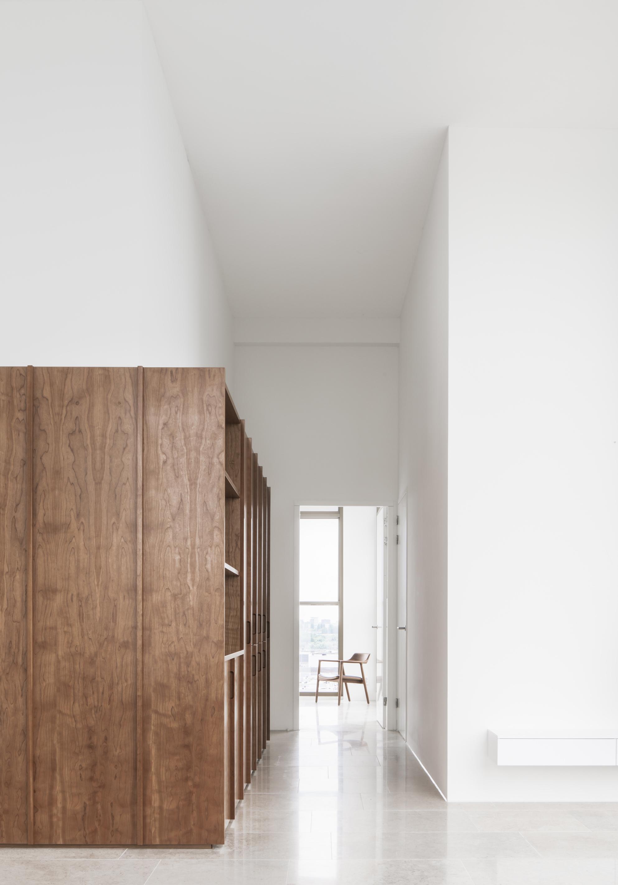 <p>Zicht vanuit de zithoek richting de slaapkamerDetailfoto, foto: Jeroen Verrecht</p>