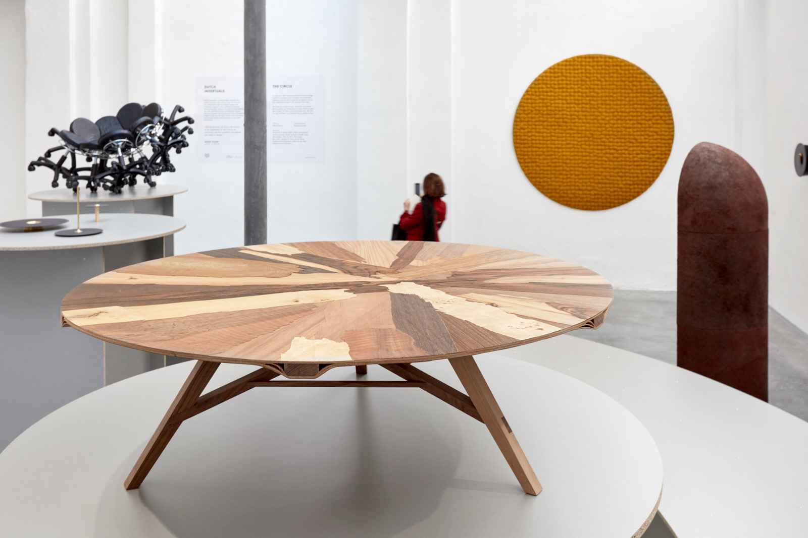 <p>Laminated coffee table op expo van Dutch Invertuals in Milaan. Foto: Ronald Smits</p>
