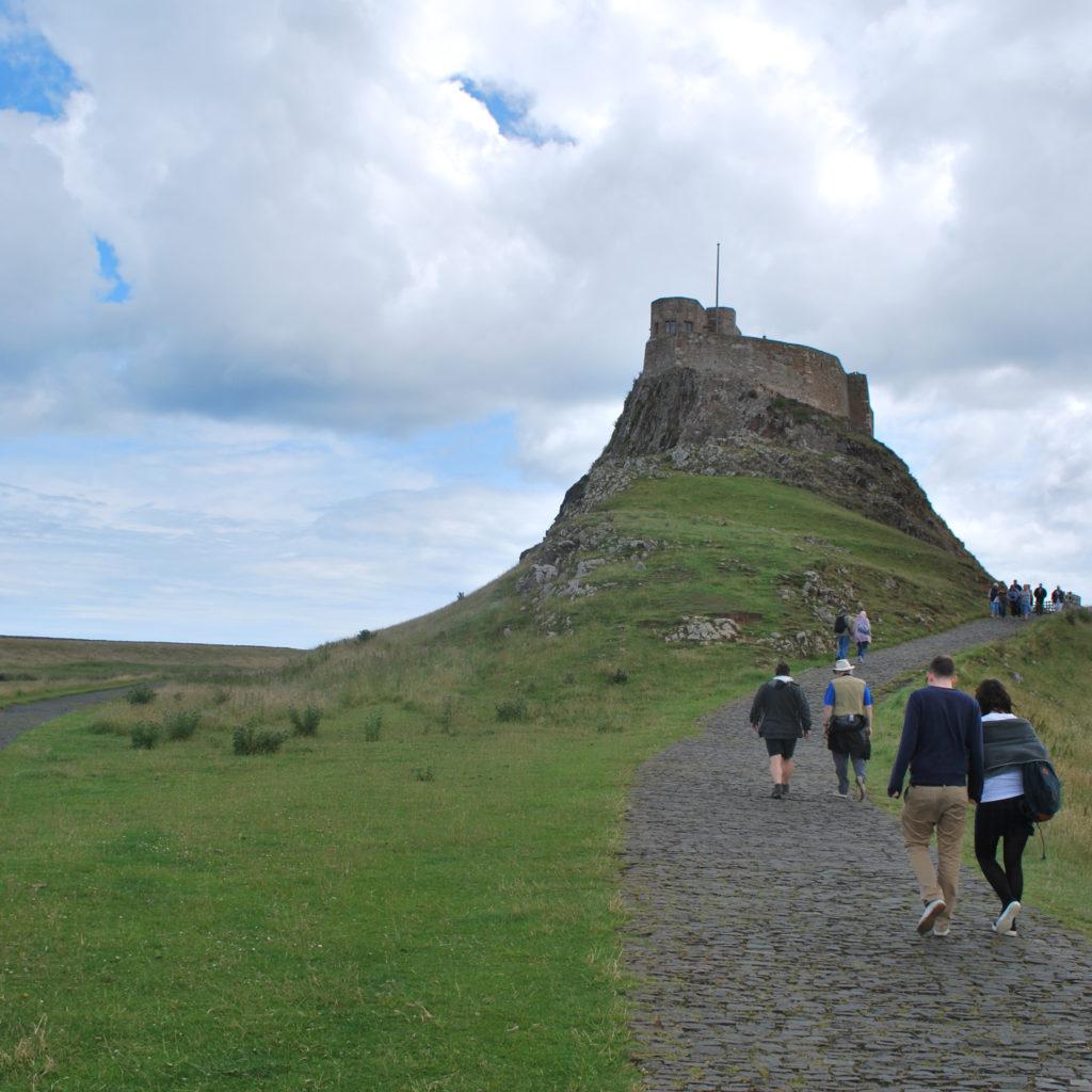 Van een afstand - Lindisfarne Castle, Holy Island, UK. Beeld Robbert Guis